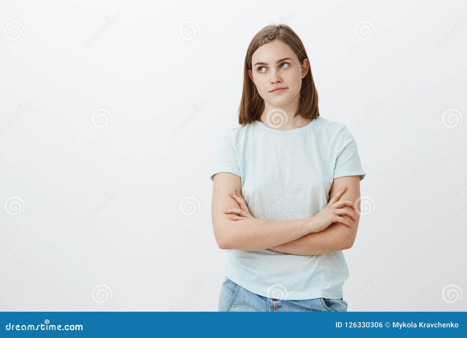 Den gulliga flickan som besväras med impopulärt clingy försöka för grabb, frågar hennes se ut den irriterade och förargade vänstr