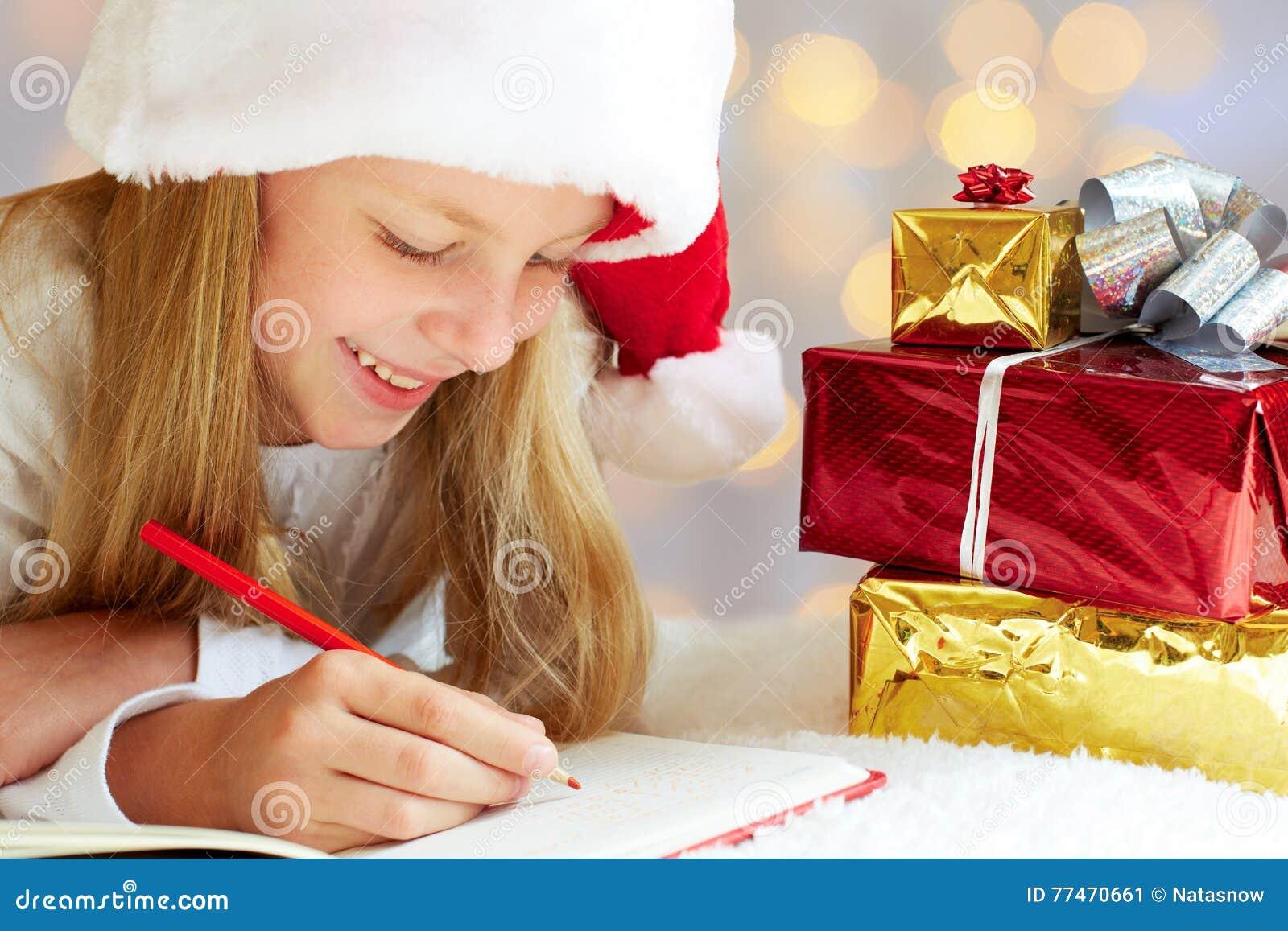 Den gulliga lilla flickan skrivar brevet till Santa Claus