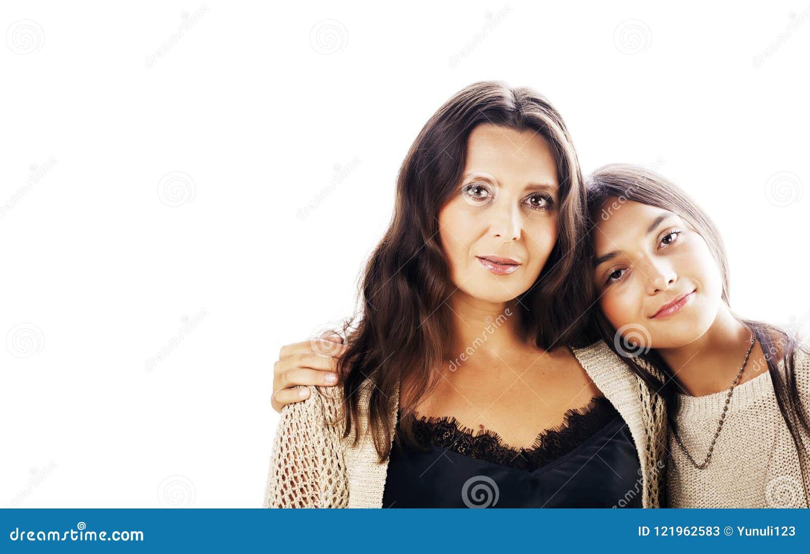 Den gulliga nätta tonåriga dottern med verkligt mognar modern som kramar, fashi