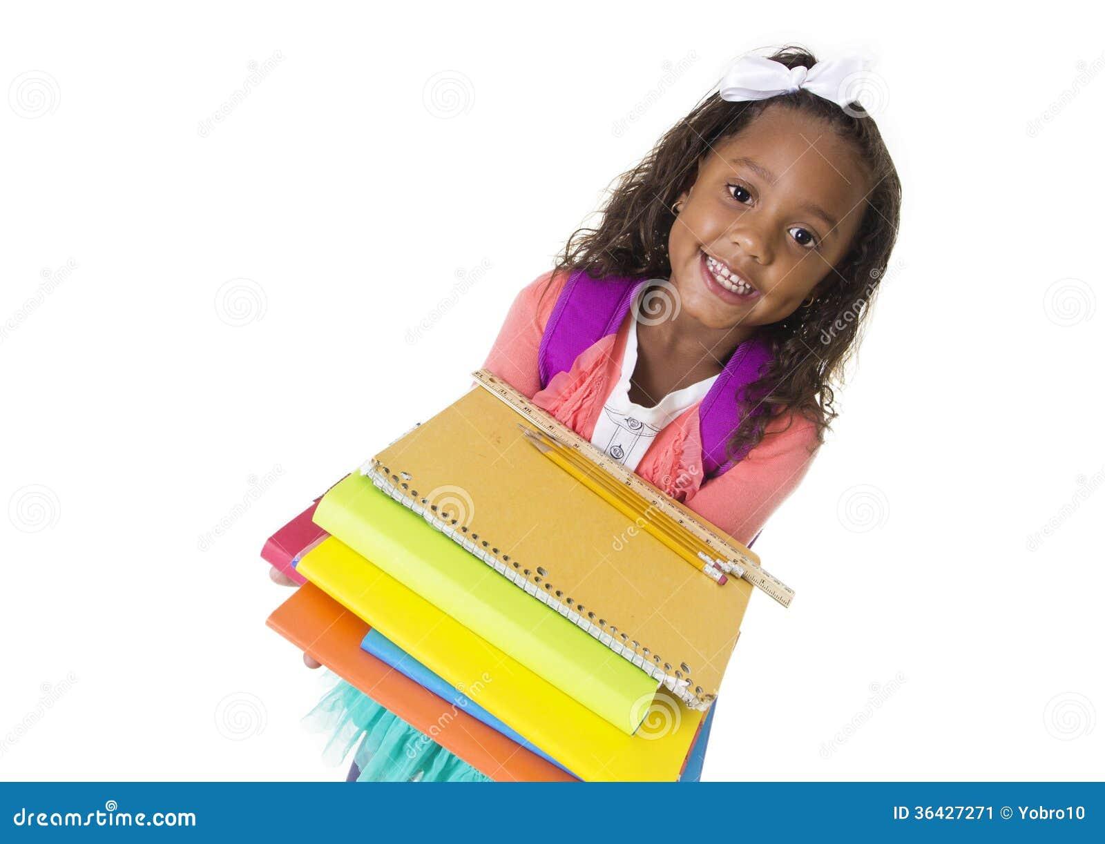 Den gulliga olika lilla studenten bär skolböcker