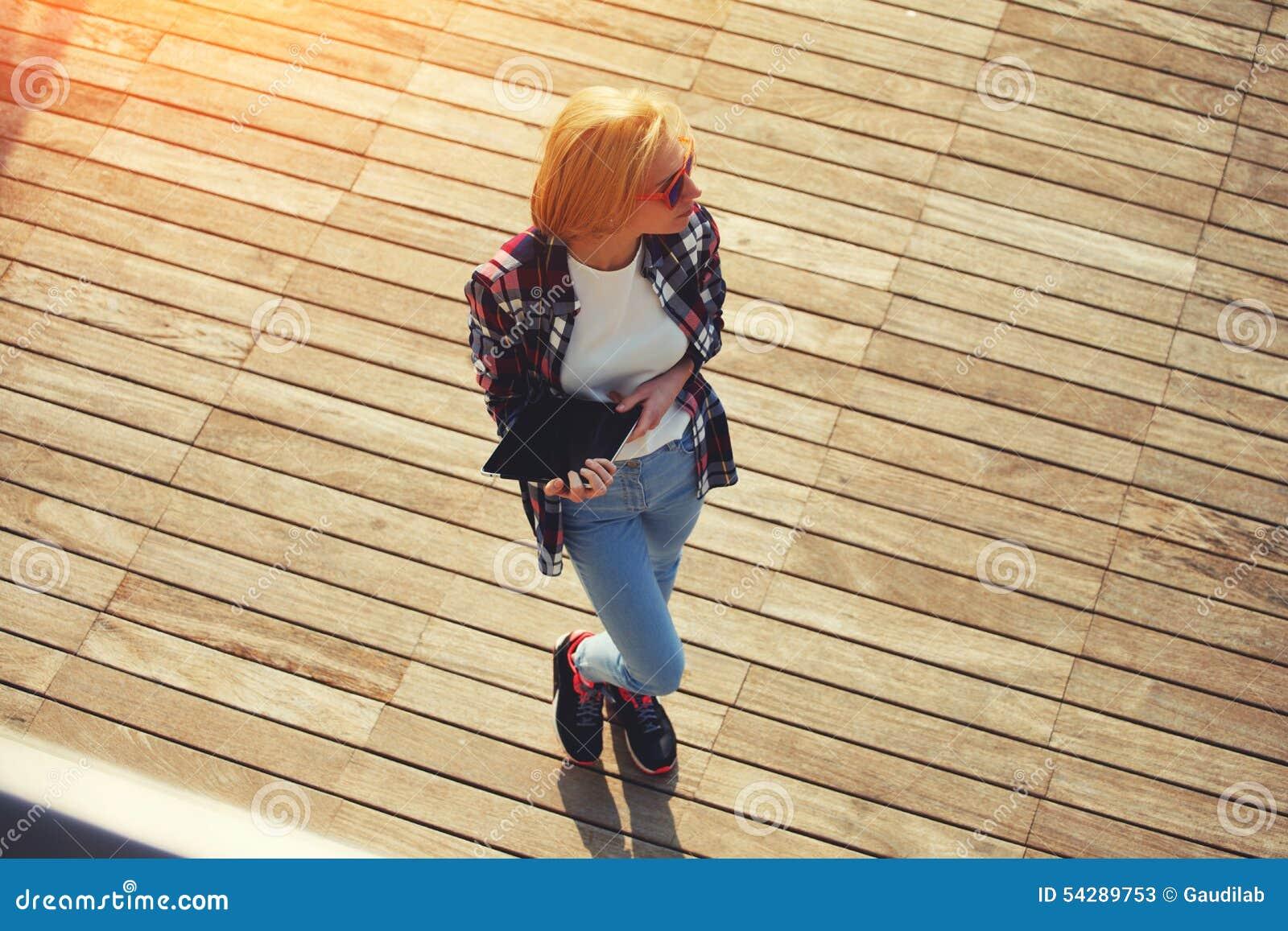 Den gulliga unga flickan spenderar tid på pir som fotograferas i minnestavla