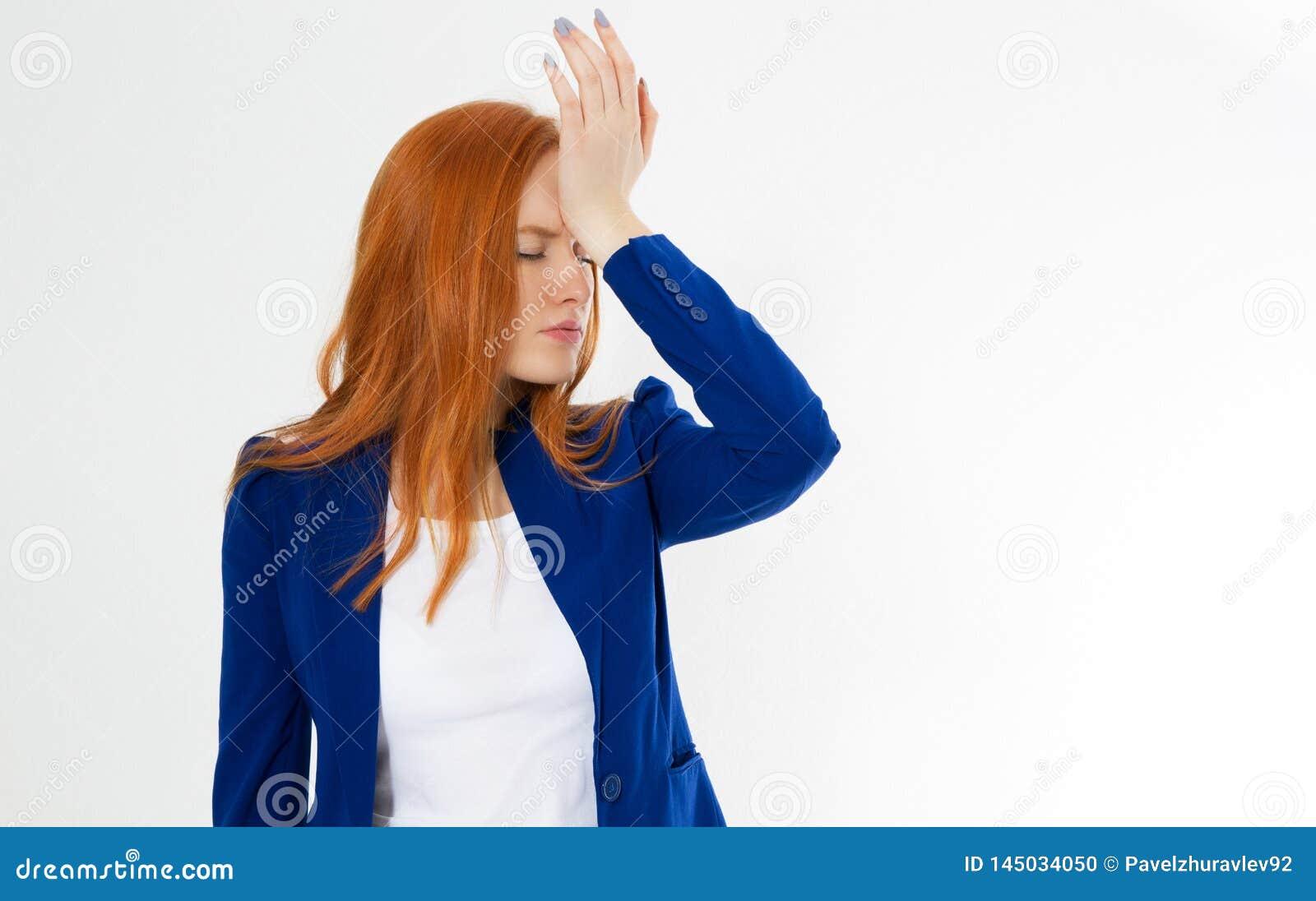 Den gulliga unga härliga röda hårkvinnan gör facepalm Rödhårig manflickahuvudvärken missade för att förarga affärsframs
