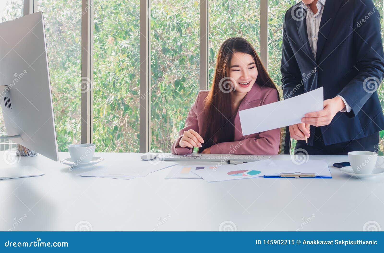 Den härliga affärskvinnan mottar speciala erbjudanden av intresse