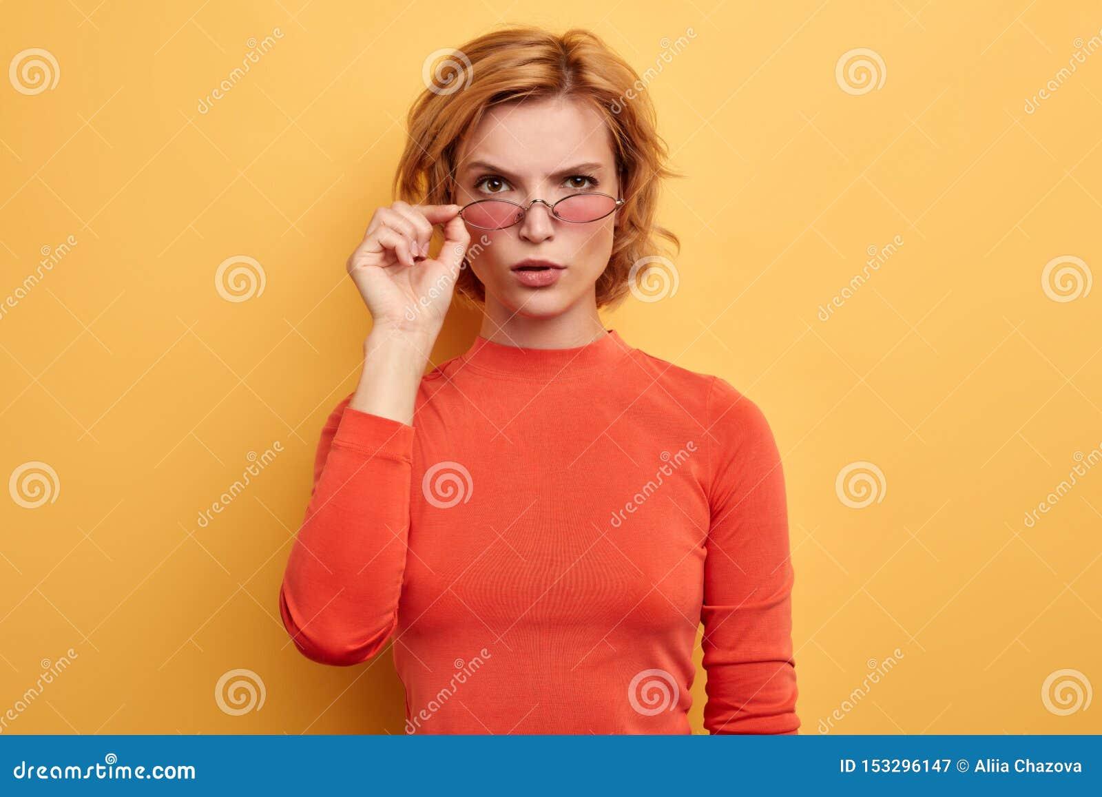 Den härliga attraktiva kvinnan klädde tillfälligt att se över solglasögon