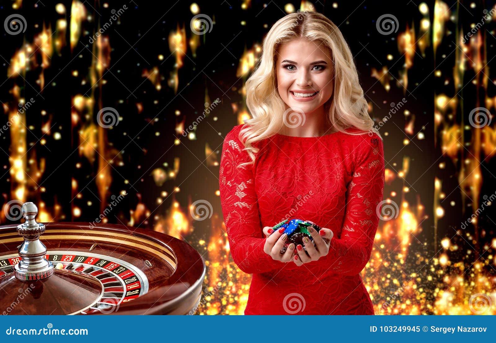Den härliga blonda flickan med chiper står på bakgrunden av en kunglig roulett collage med en hasardspelare, roulett och