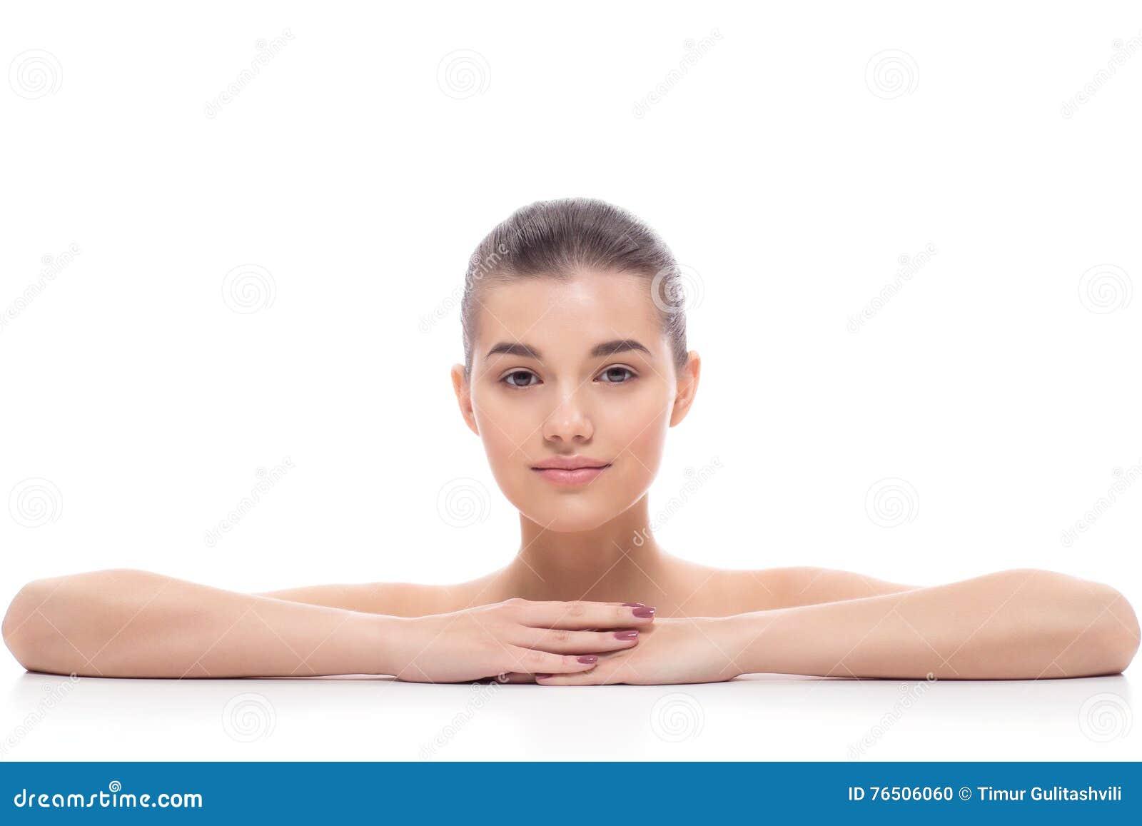 Den härliga flickan, kvinnan efter kosmetiska tillvägagångssätt, facelift, ansikts- massage, besöker en kosmetolog, massage