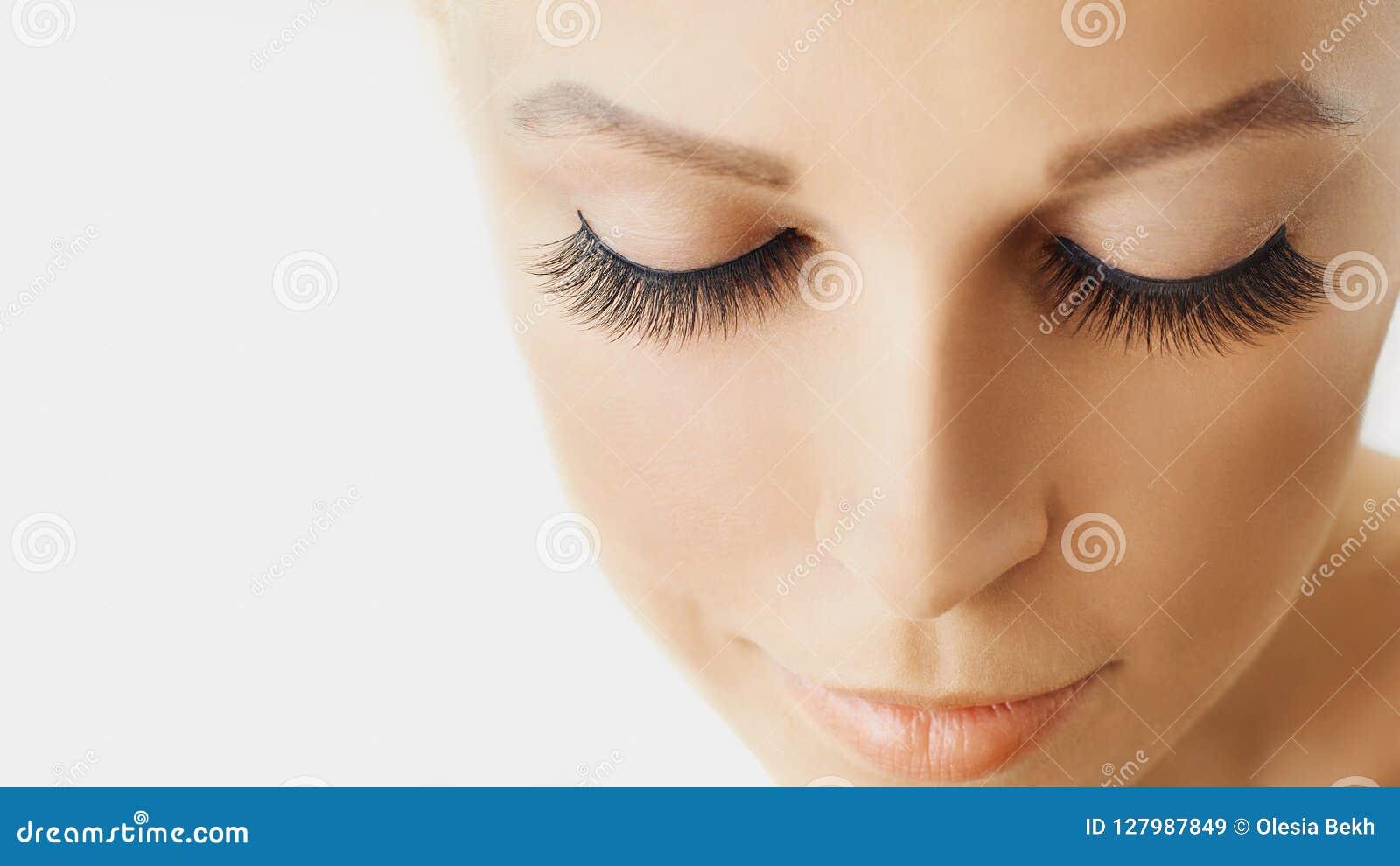 Den härliga flickan med långa falska ögonfrans och gör perfekt hud Ögonfransförlängningar, cosmetology, skönhet och hudomsorg