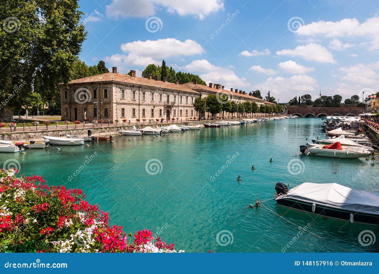Den härliga historiska hamnen av Peschiera del Garda