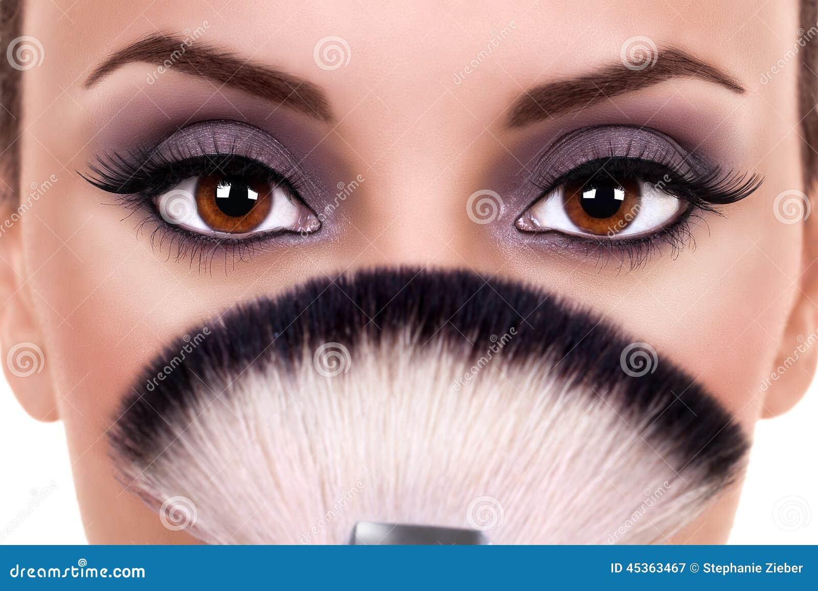 Den härliga kvinnan synar makeup