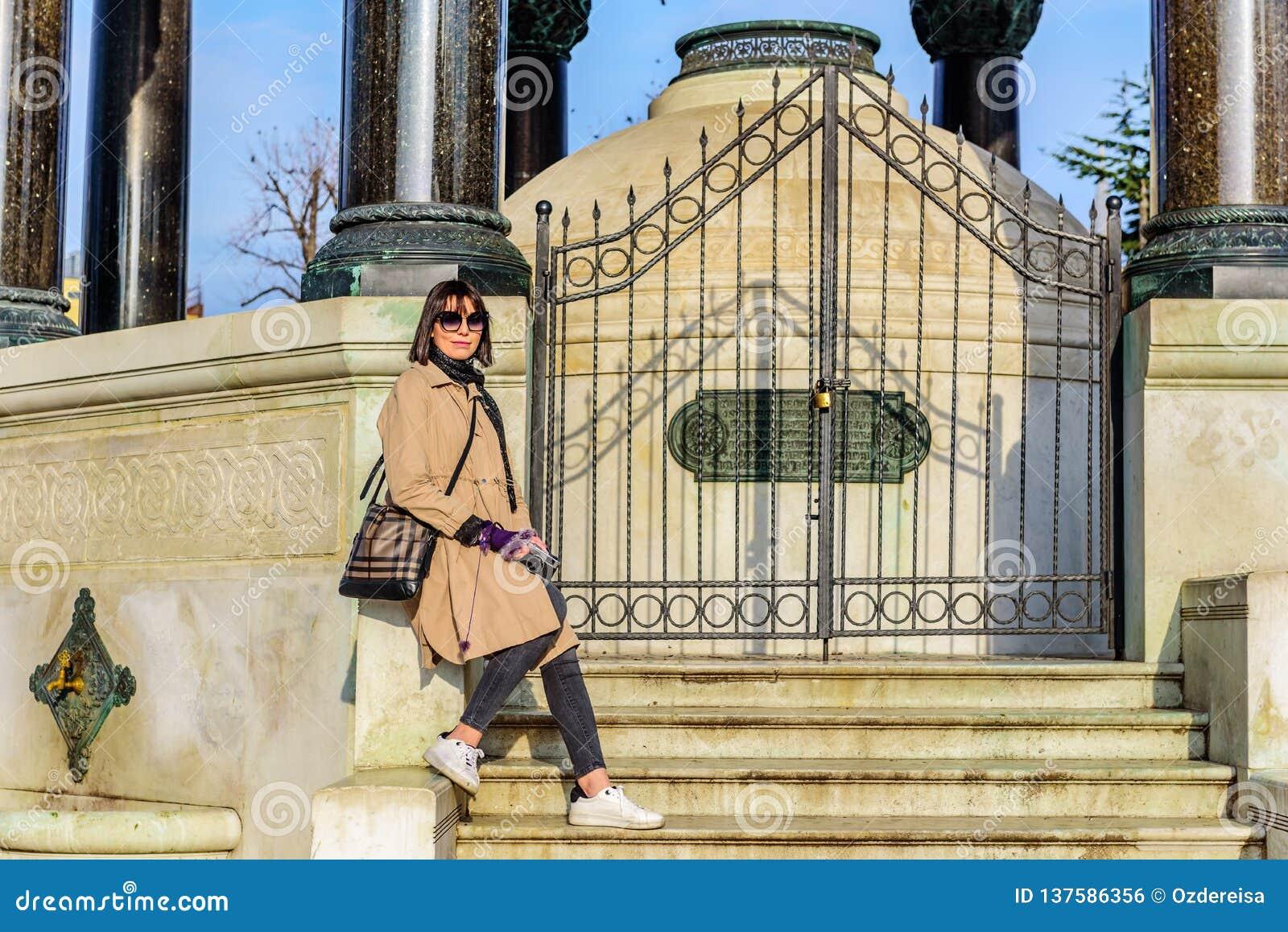 Den härliga kvinnan tar bilder i Istanbul, Turkiet