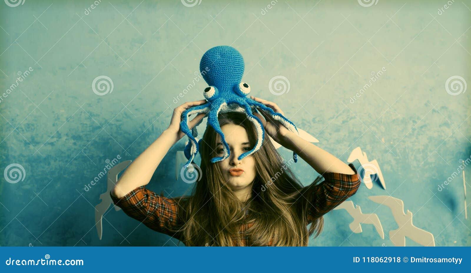 Den härliga kvinnaståenden med konstsmink, pärla pryder med pärlor i mun