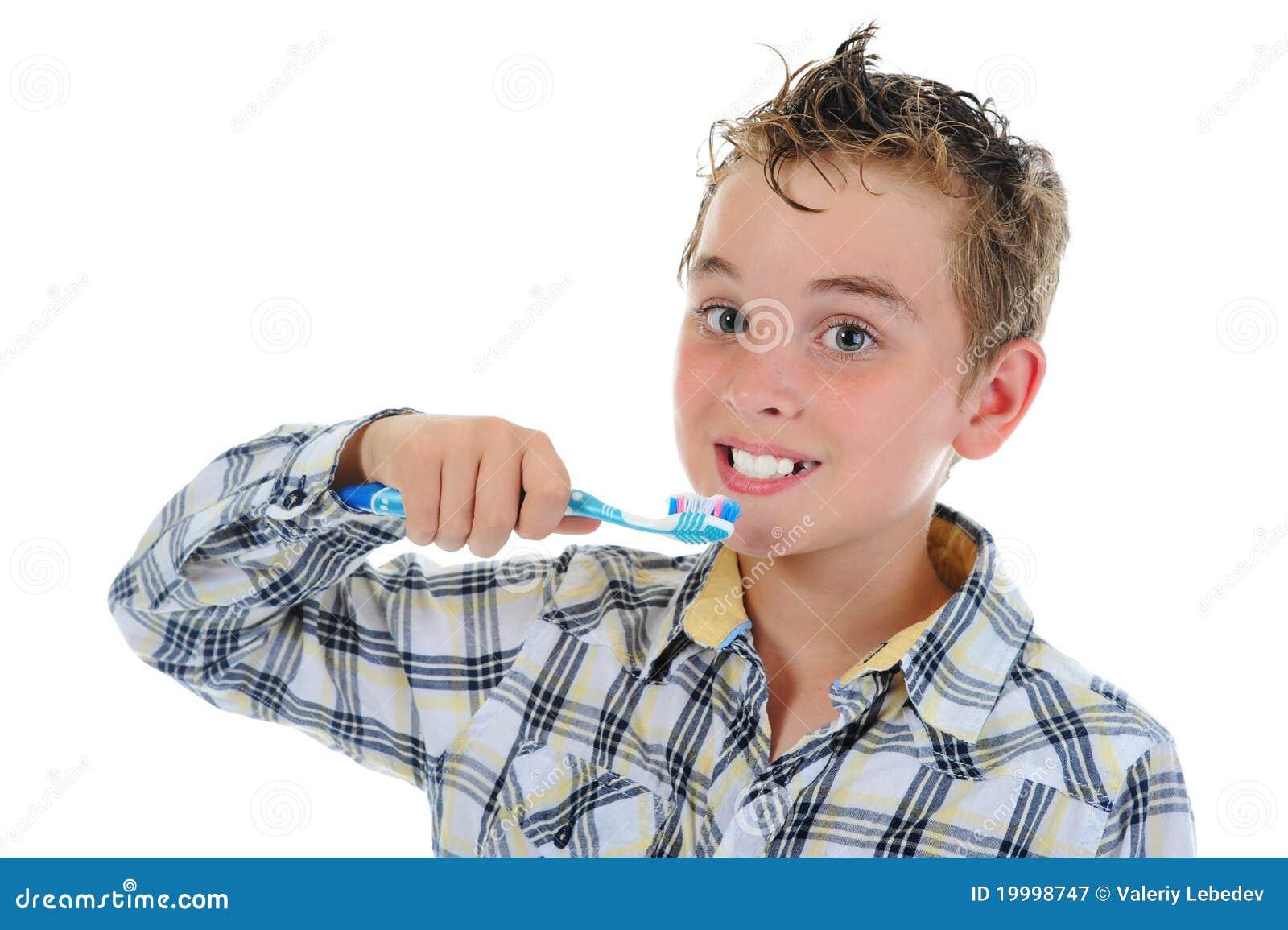 Den härliga pojken gör ren dina lilla tänder