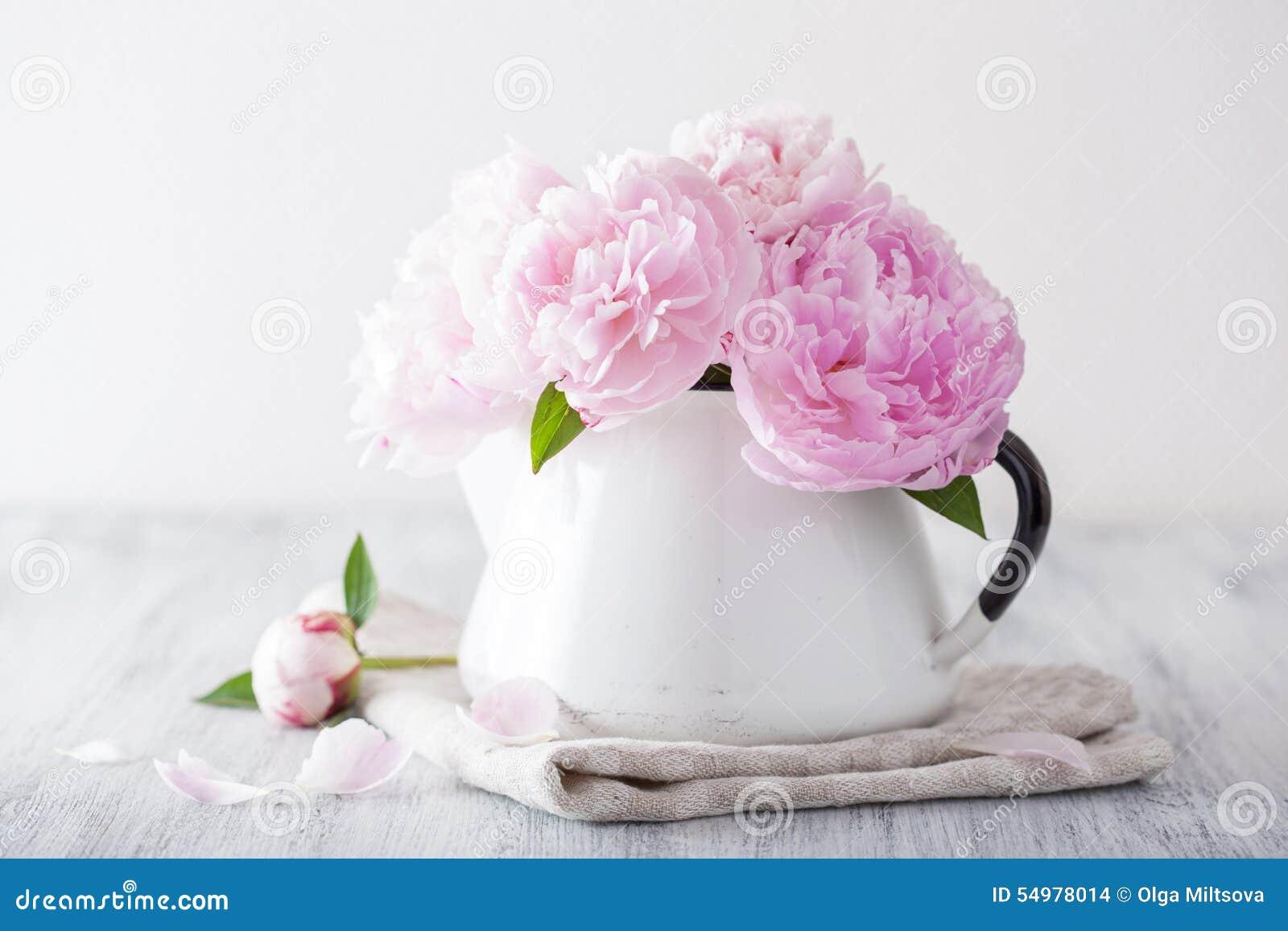 Den härliga rosa pionen blommar buketten i vas