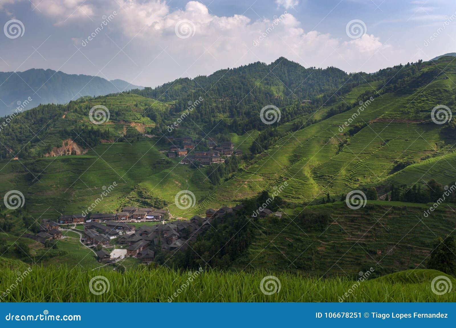 Den härliga sikten av den Dazhai byn och de omgeende Longsheng risen terrasserar i landskapet av Guangxi i Kina