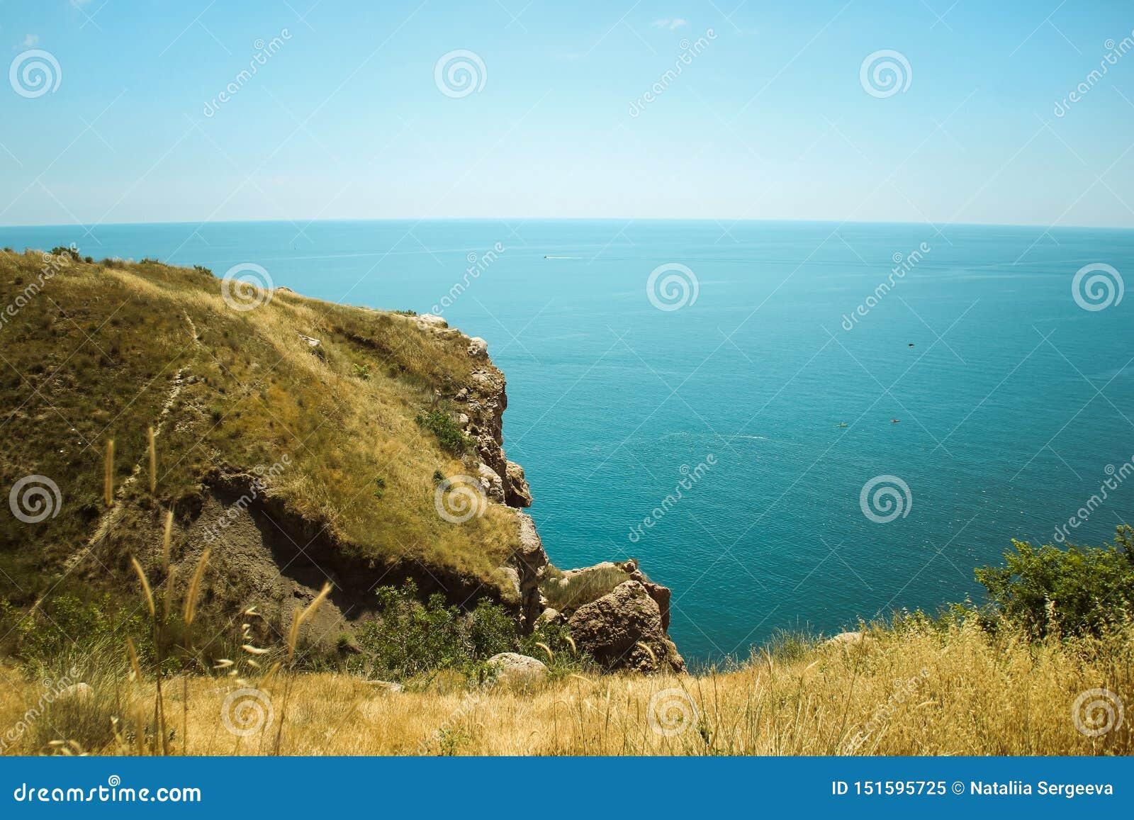 Den härliga sikten av det Balaklava berget bergen och havet av Krim hav ukraine f?r crimea liggandeberg