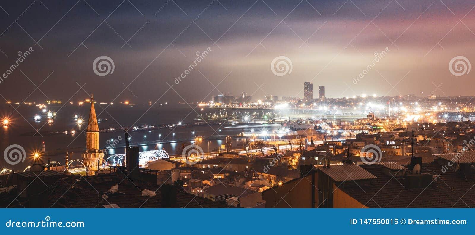 Den härliga staden av Istanbul i mörkret av natten