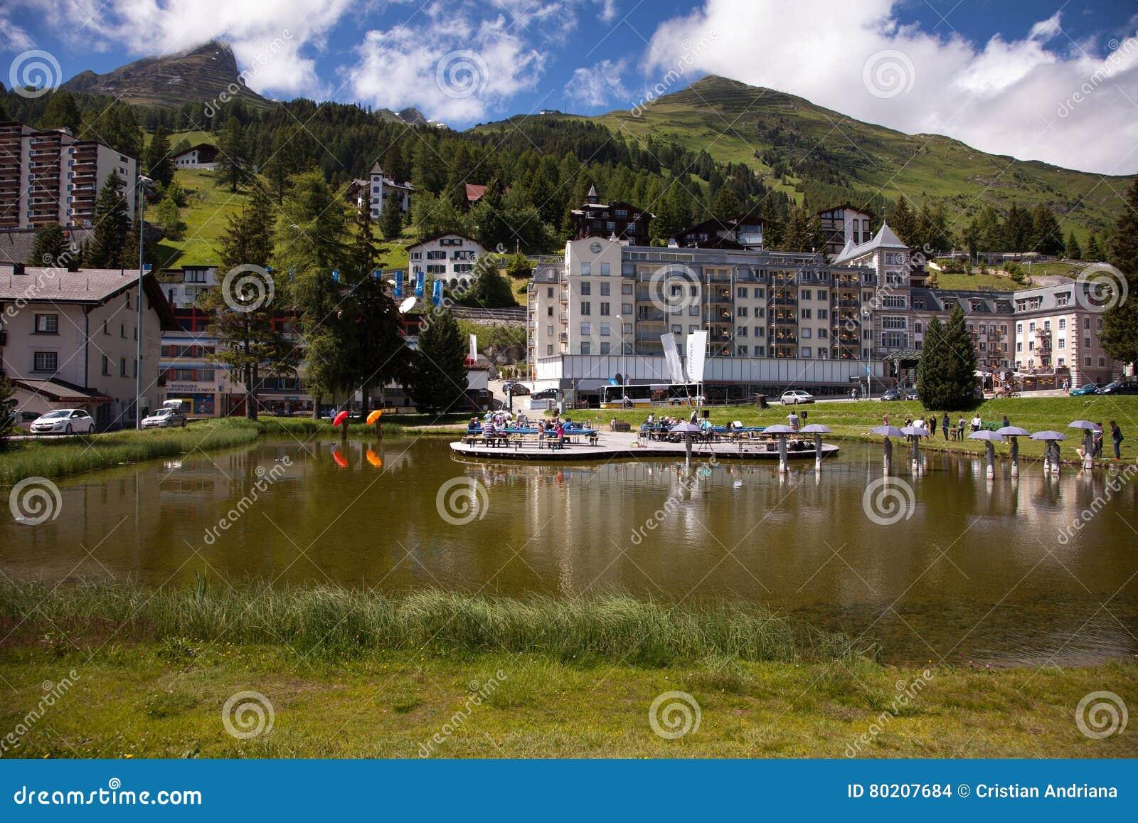 Den härliga staden beskådar dowtown Davos, Schweiz