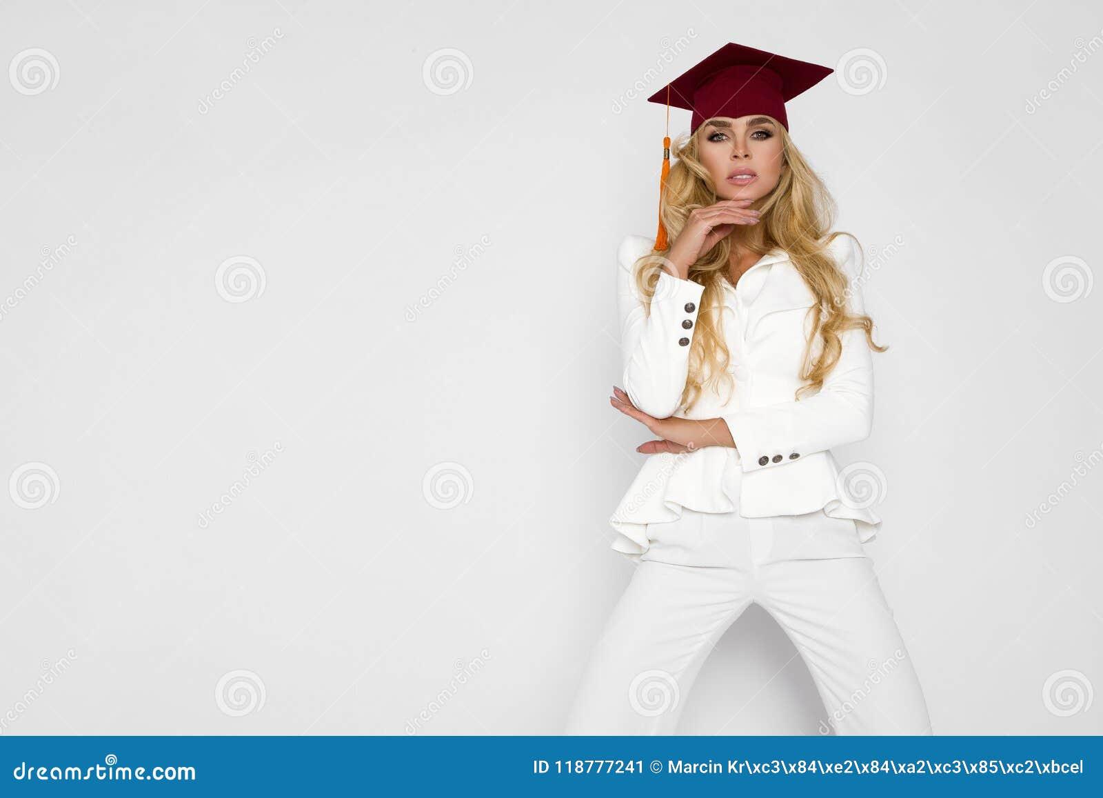 Den härliga studenten avslutar hennes studier Urladdning av en härlig kvinna