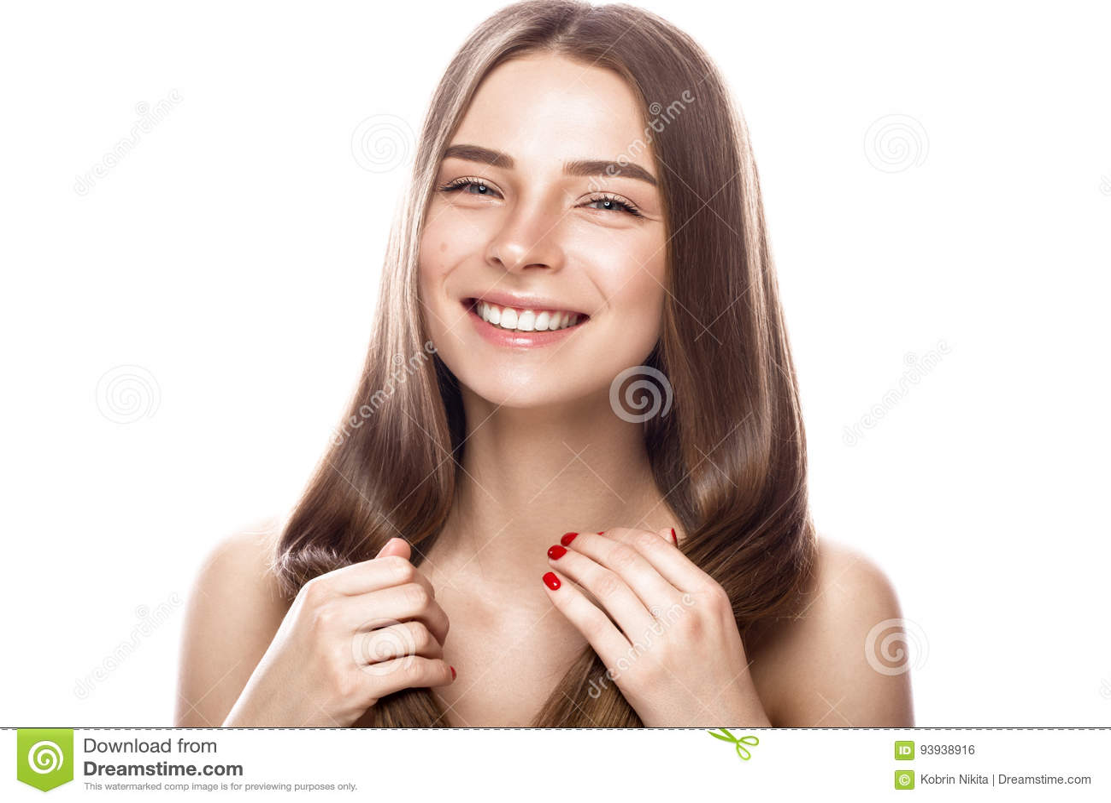 Den härliga unga flickan med ett ljust naturligt smink och gör perfekt hud Härlig le flicka
