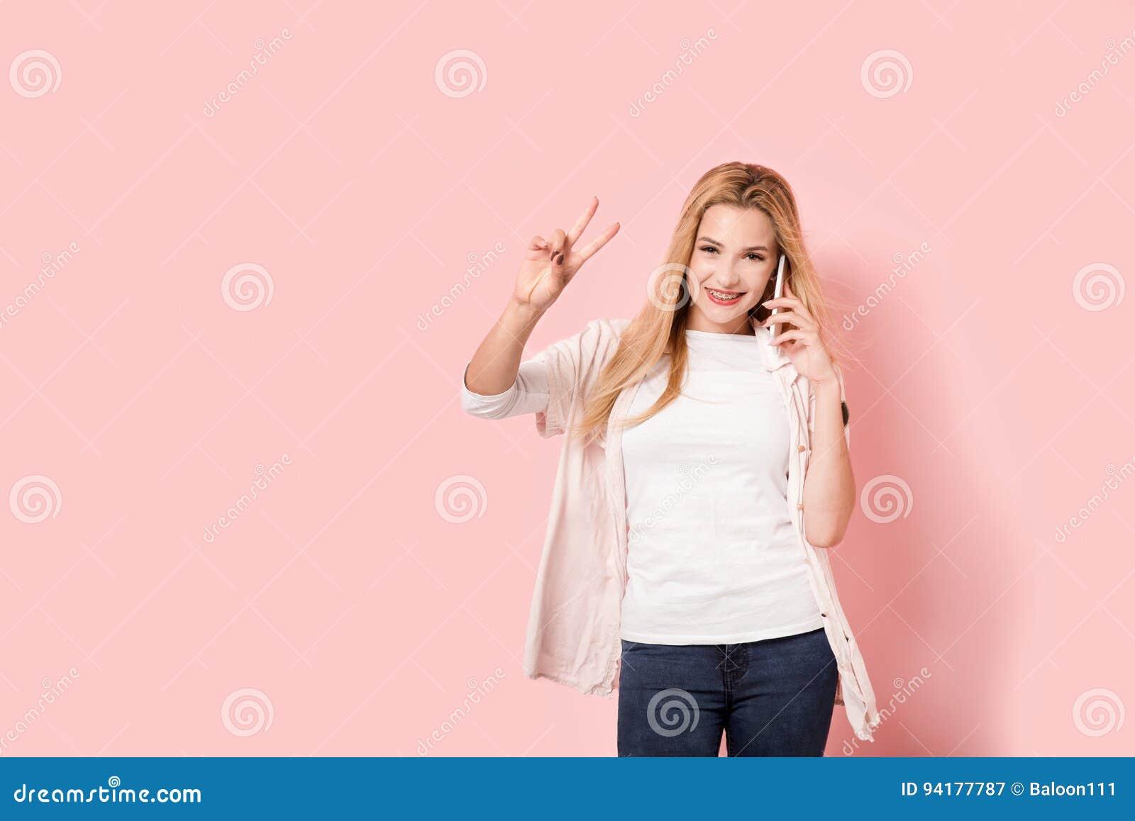 Den härliga unga flickan triumferar, medan tala