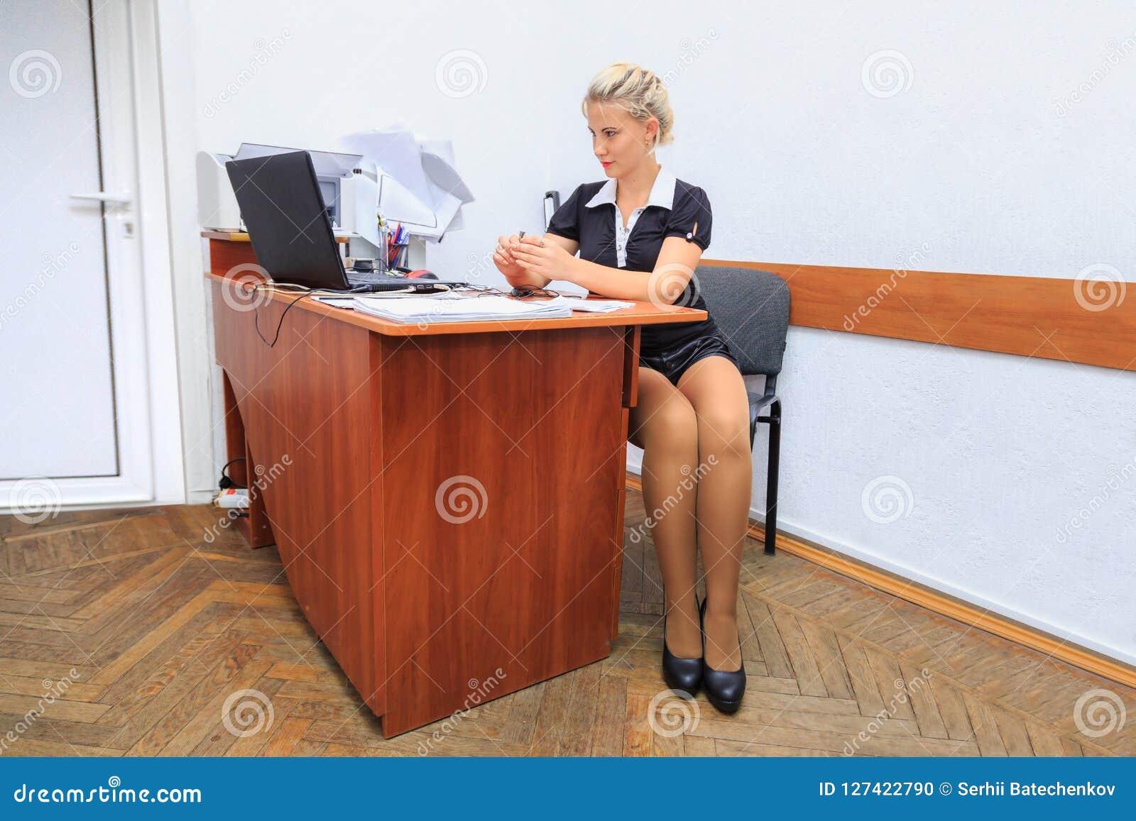 Den härliga unga kvinnan arbetar i regeringsställning