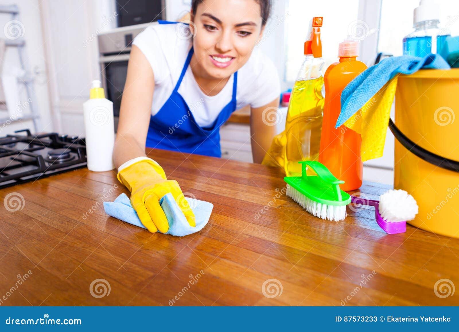 Den härliga unga kvinnan gör att göra ren huset Flickalokalvårdki