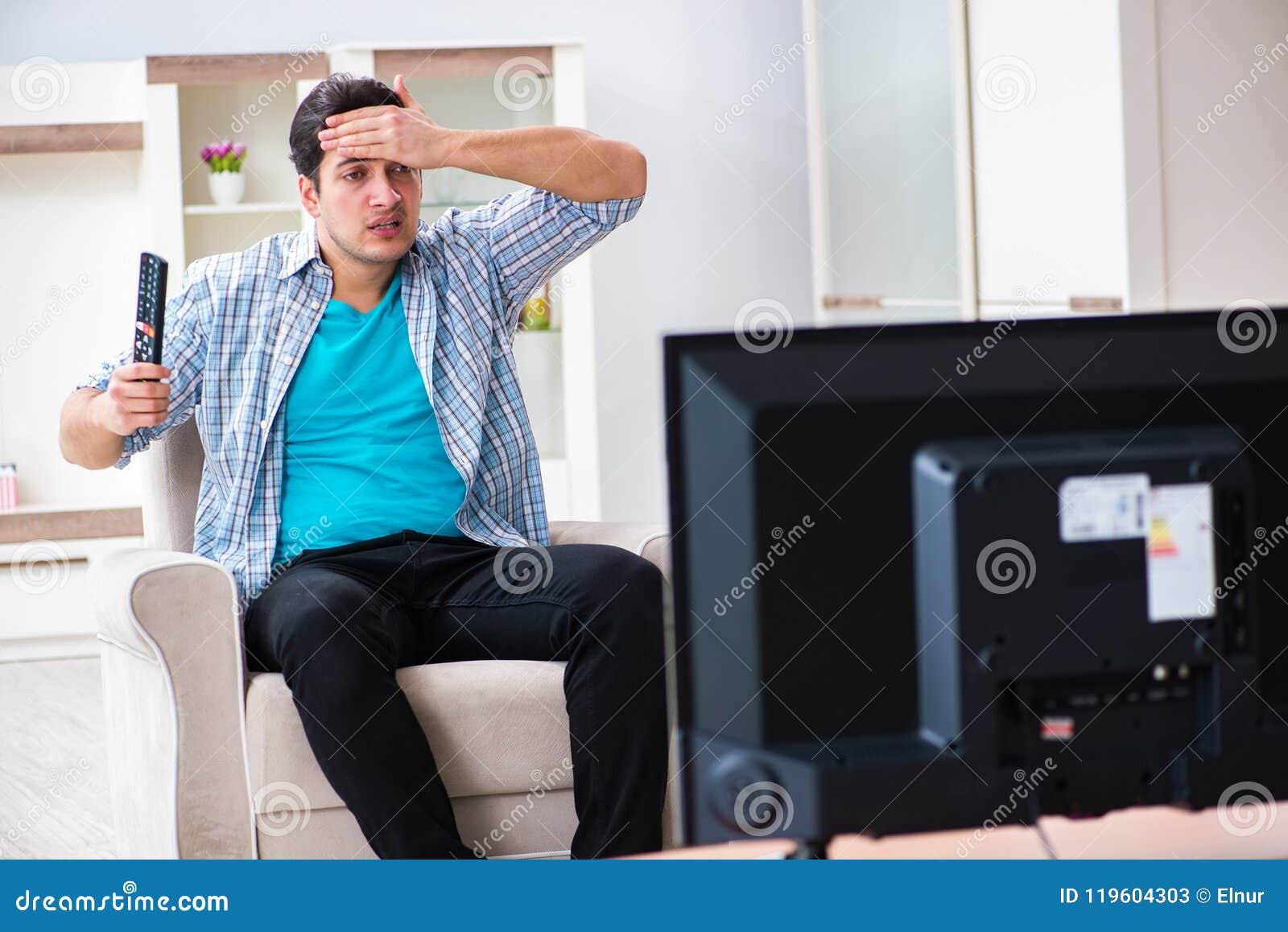 Den hållande ögonen på tv:n för man hemma