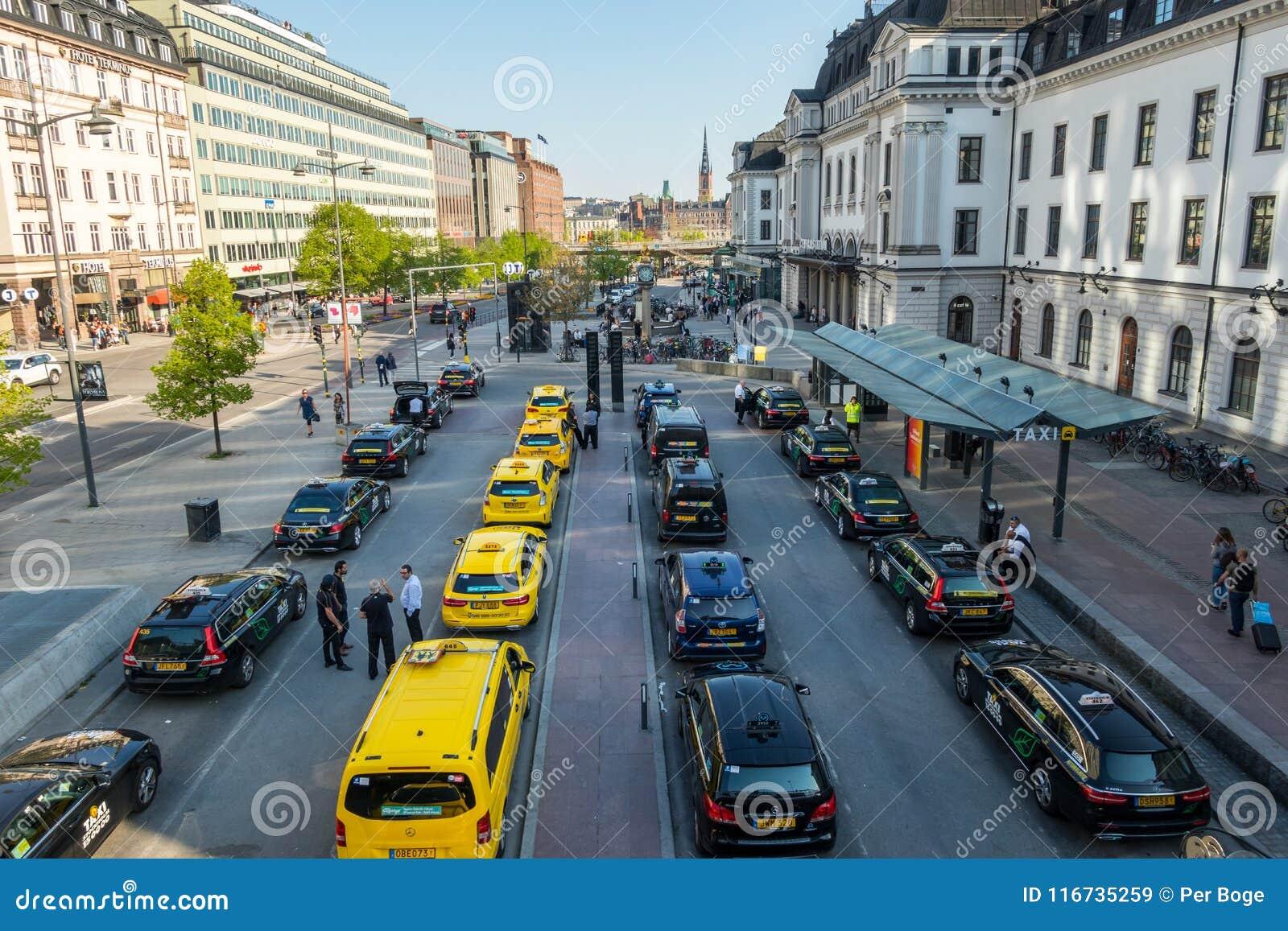 Den höga breda vinkelstadssikten av många guling och svart åker taxi i linje