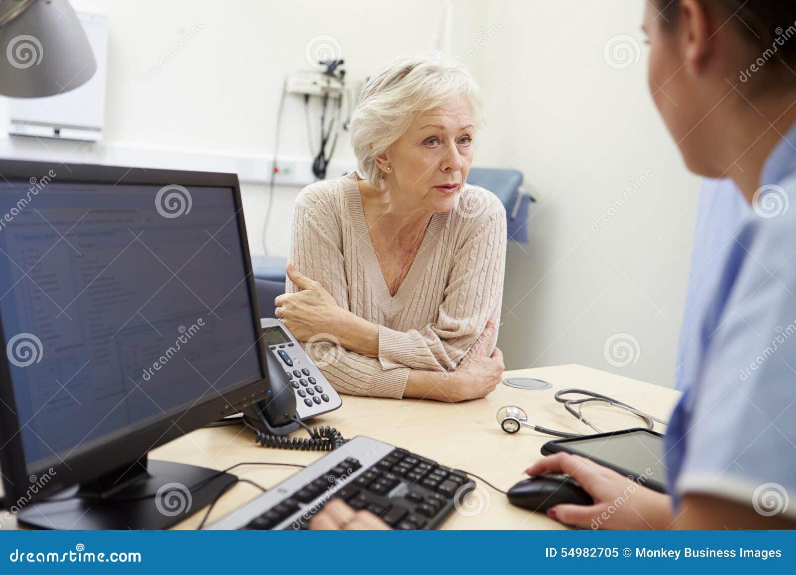 Den höga kvinnliga patienten har tidsbeställning med sjuksköterskan