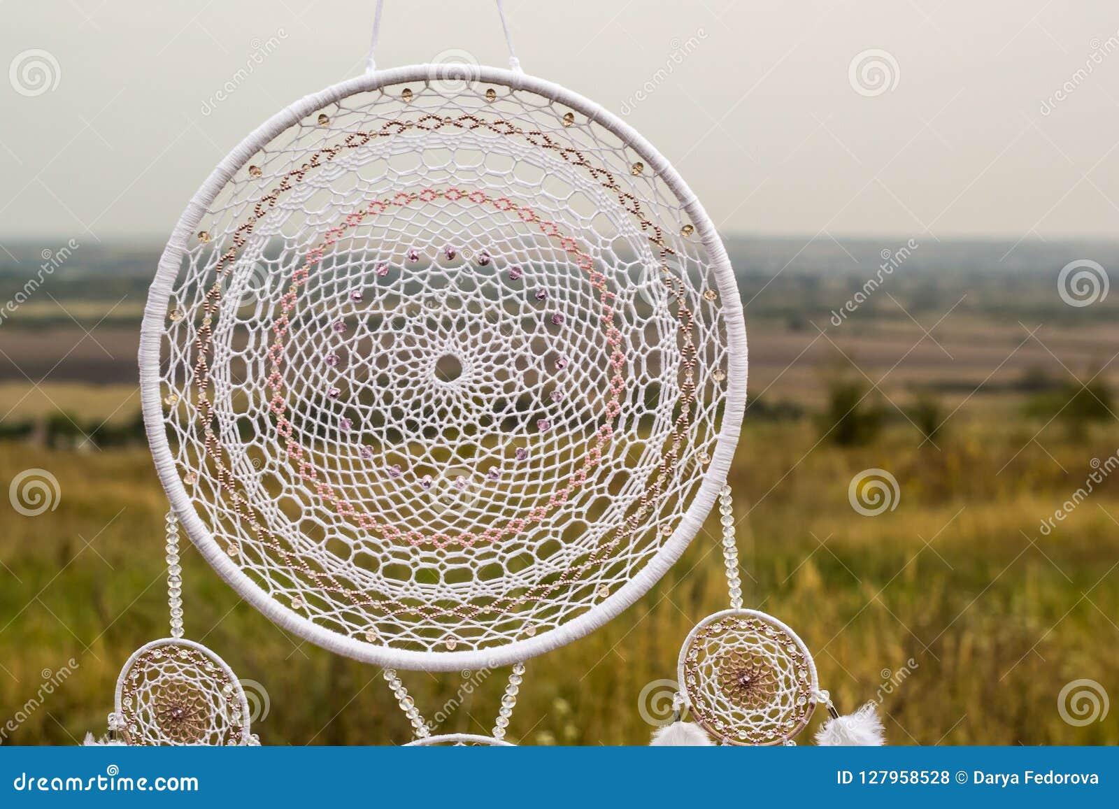 Den handgjorda dröm- stopparen med fjädrar dragar och pryder med pärlor att hänga för rep