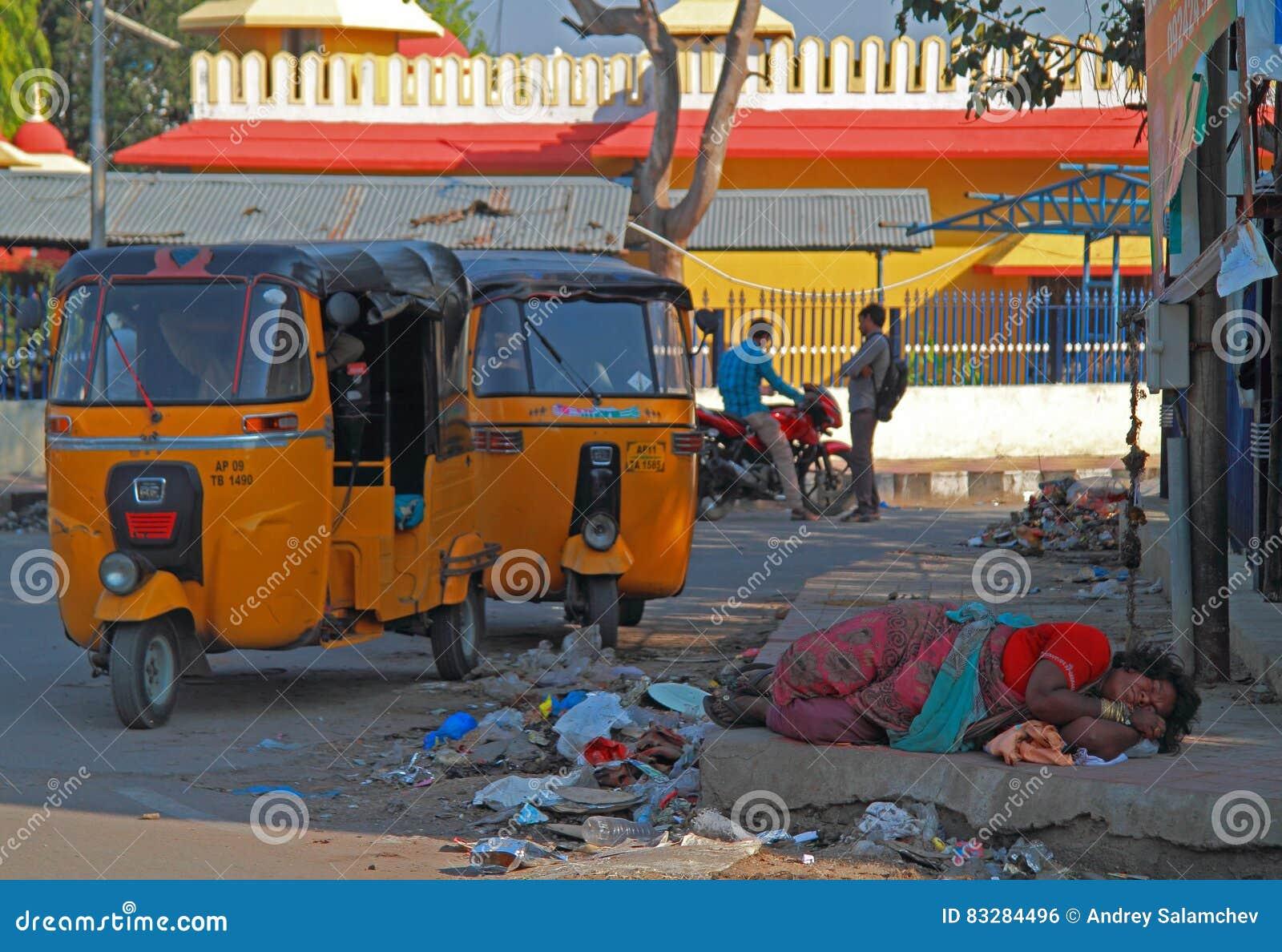 Den hemlösa kvinnan är att sova som är utomhus- i Hyderabad, Indien