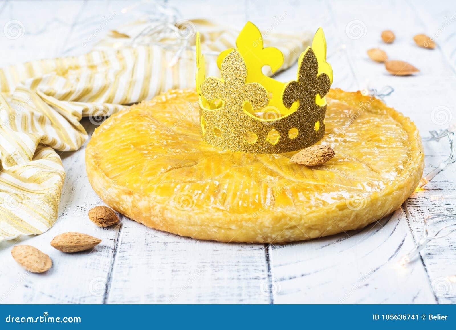 Den hemlagade kakan för Galette des Rois med handgjorda konungar krönar Traditionell fransk Epiphanykaka med jordmandeln