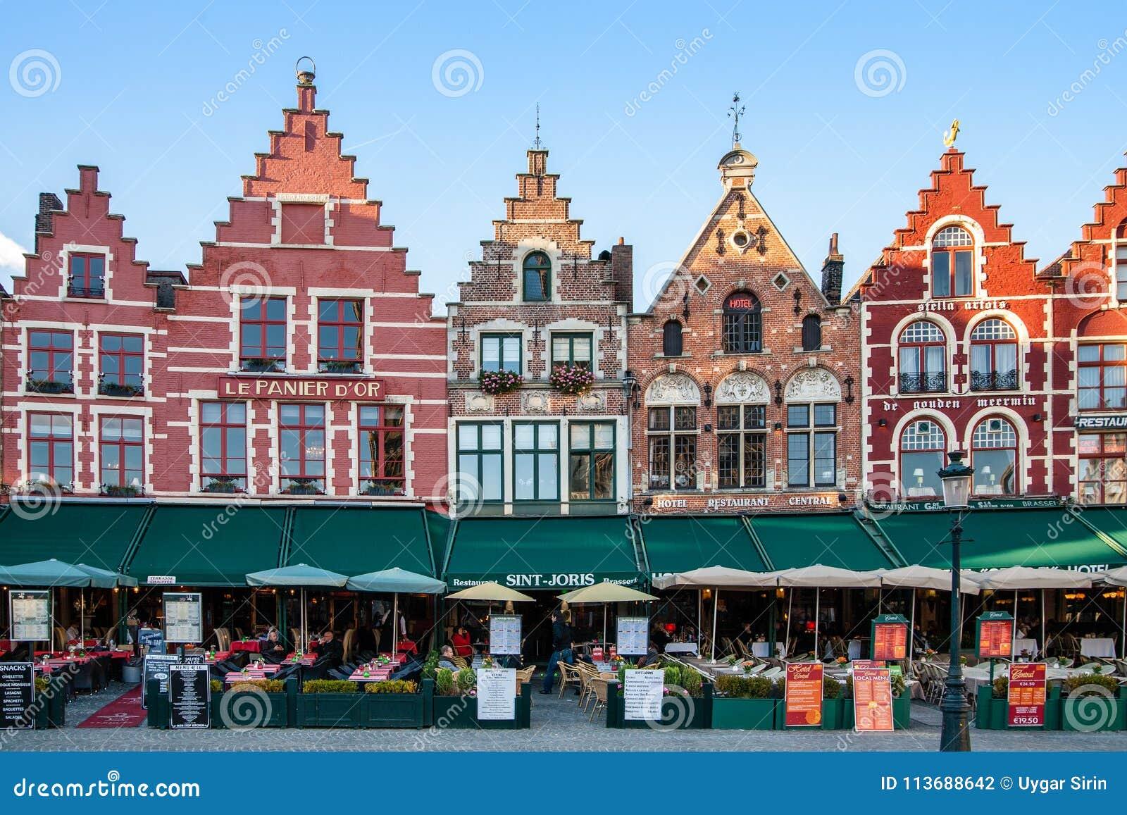 Den historiska mitten av Bruges och de färgrika byggnaderna