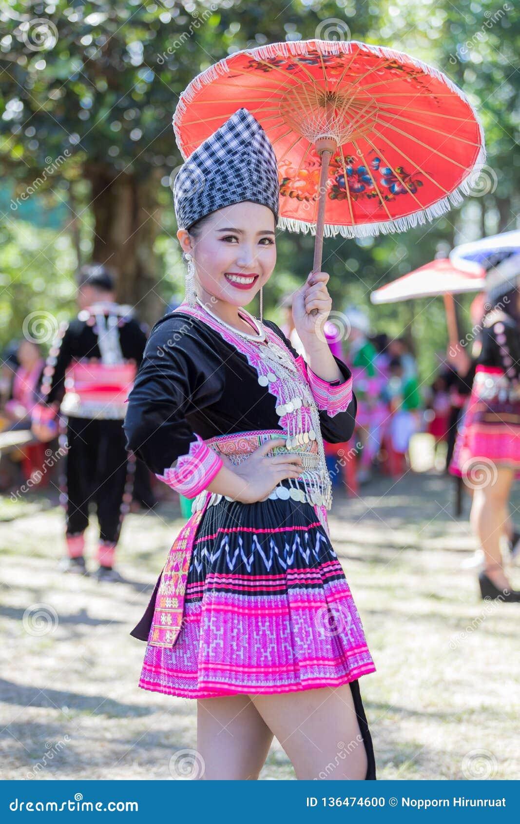 Den Hmong flickan i den färgrika härliga klänningen och mode blandade mellan ny och gammal kultur, är handgjorda för festival Hmo