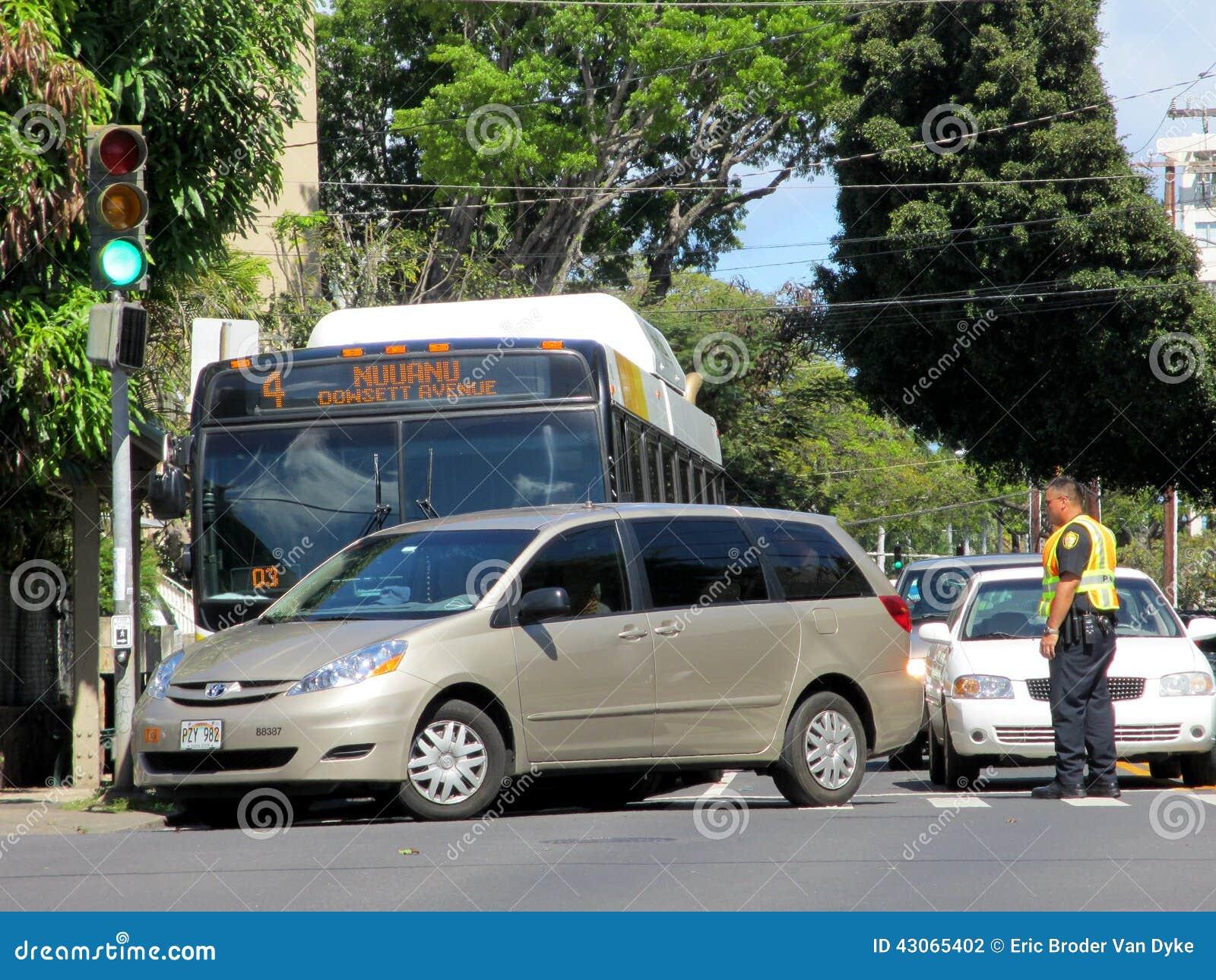Den Honolulu stadsbussen har olycka med Mini Van