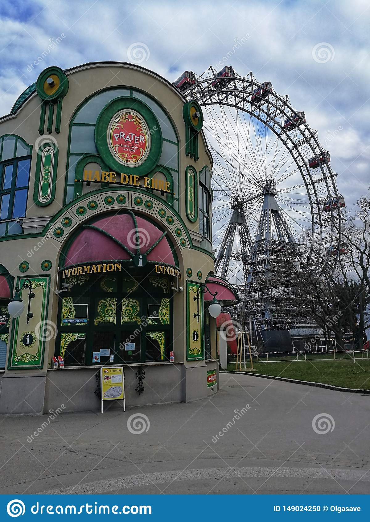 Den huvudsakliga ingången och pariserhjulen på bakgrunden i Prateren parkerar, Wien, Österrike