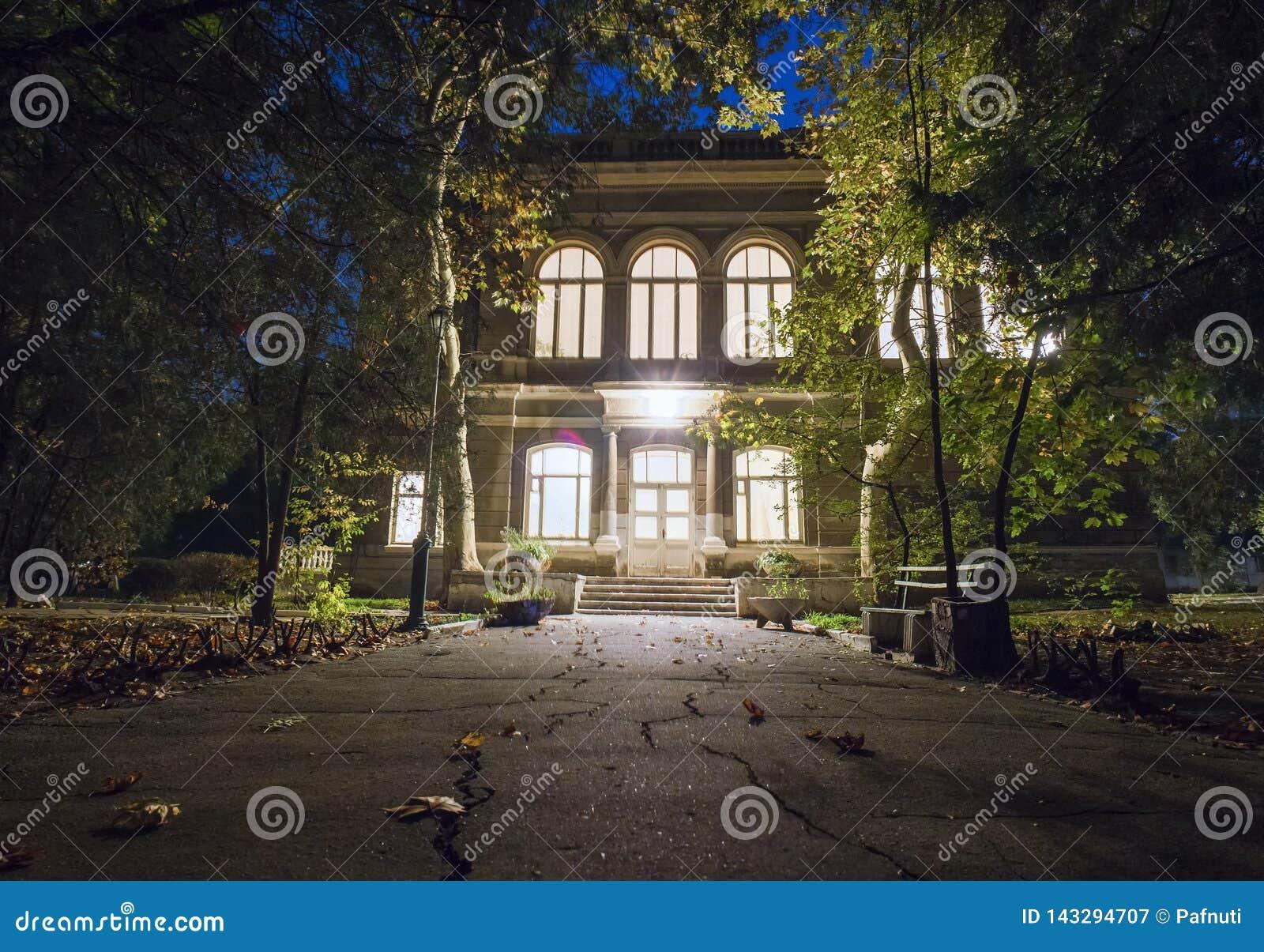 Den huvudsakliga ingången till det gamla huset