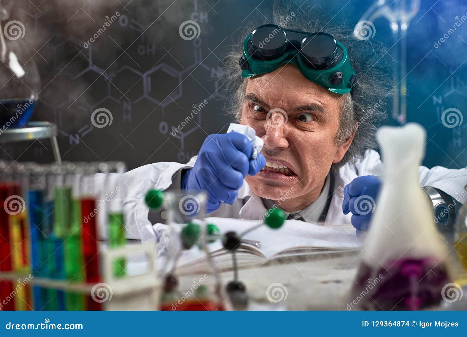 Den ilskna kemisten wreak deras missnöje på papper