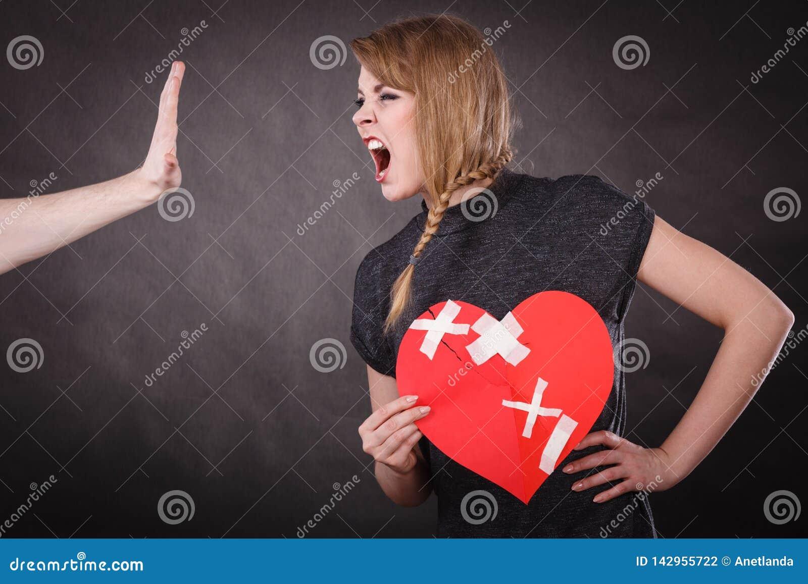 Den ilskna kvinnan rymmer bruten hjärta som skriker på mannen
