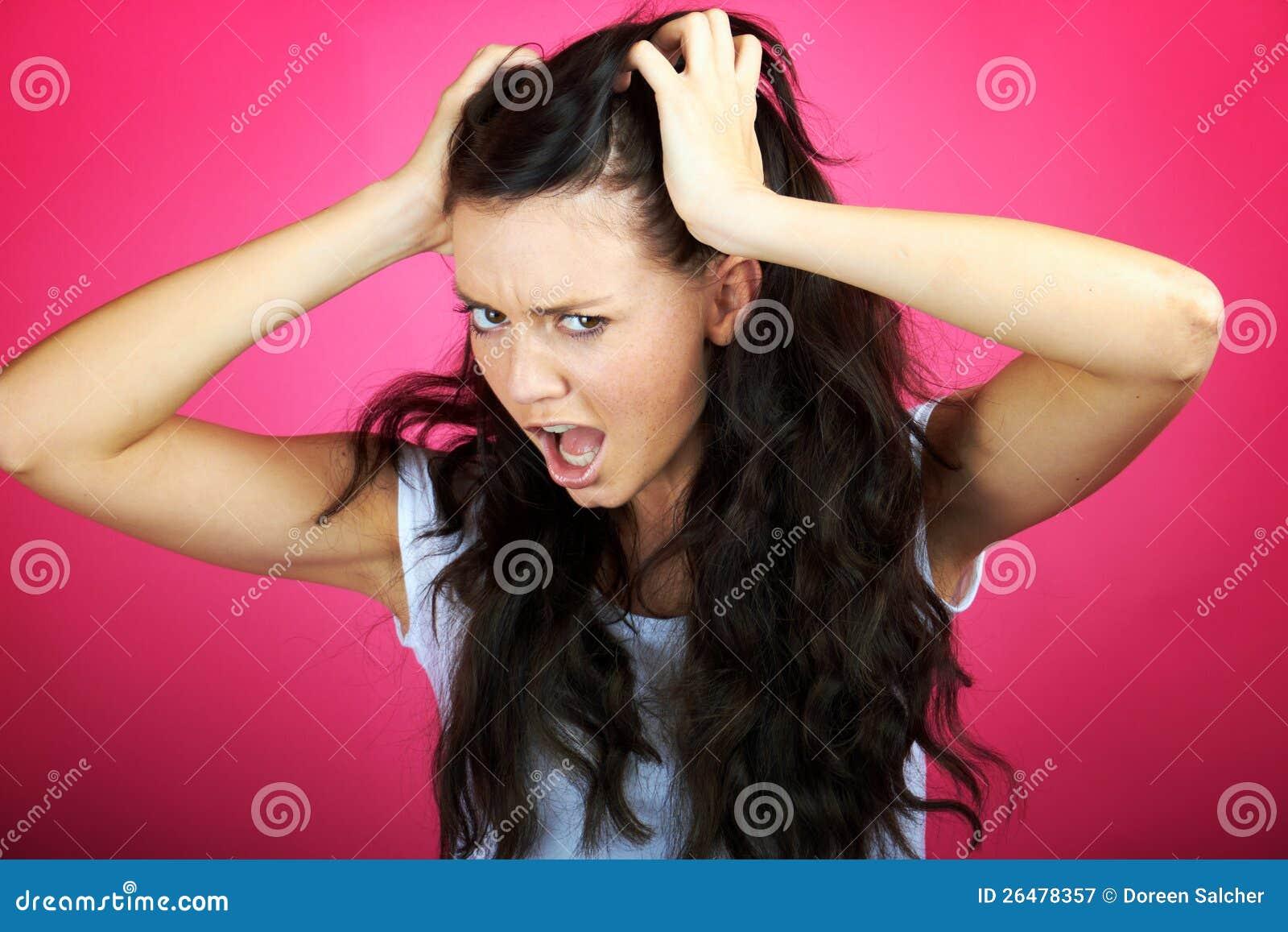 Den ilskna kvinnan skriker