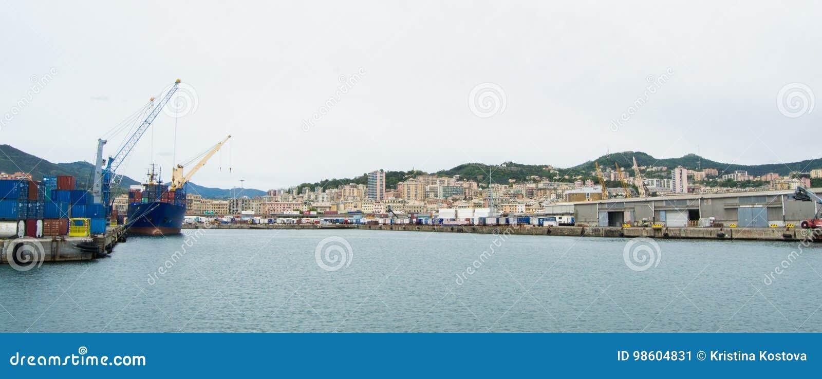 Den industriella sidan av hamnen i Genua, Italien