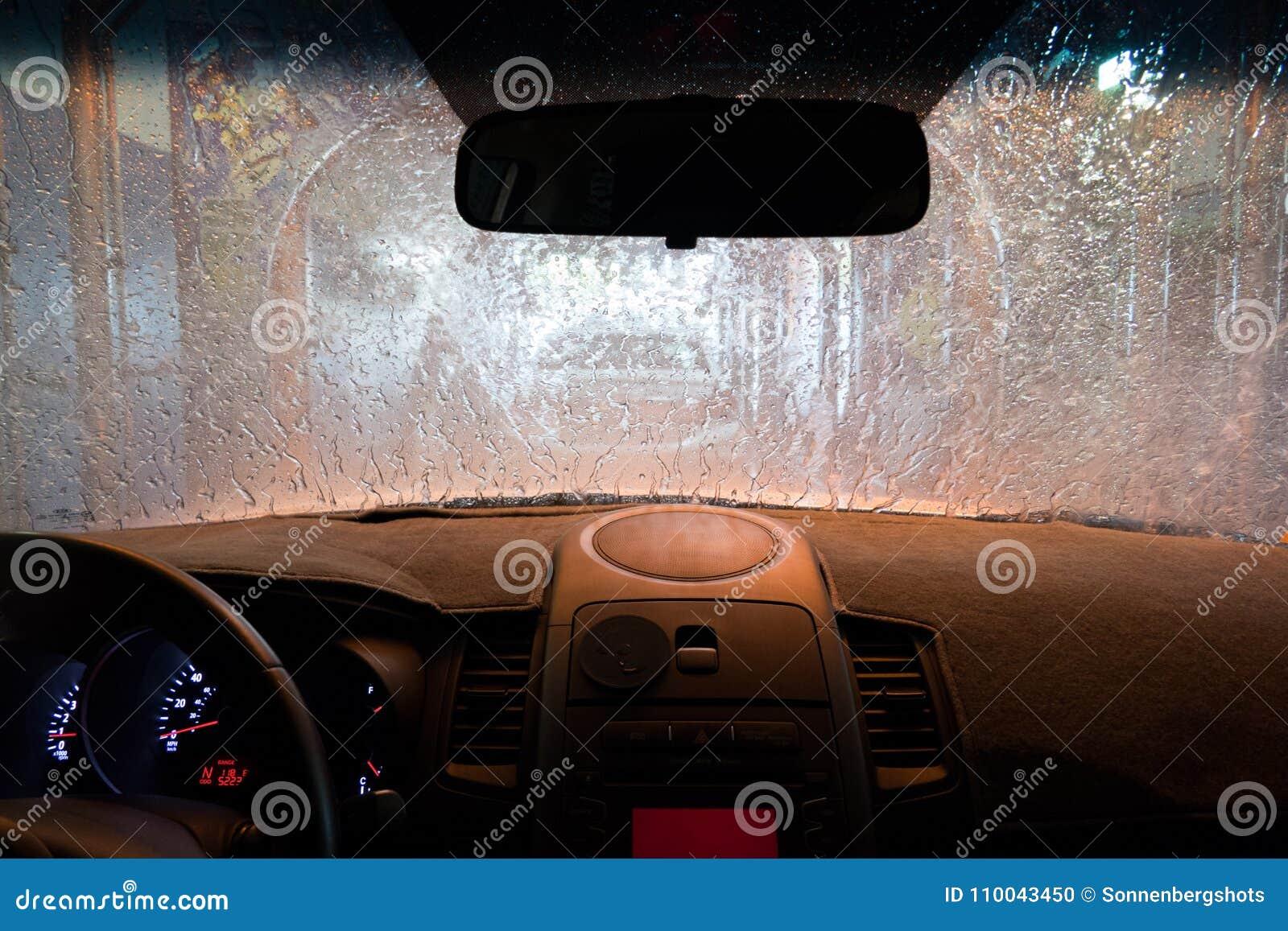 Den inre bilen på biltvätt under sköljer