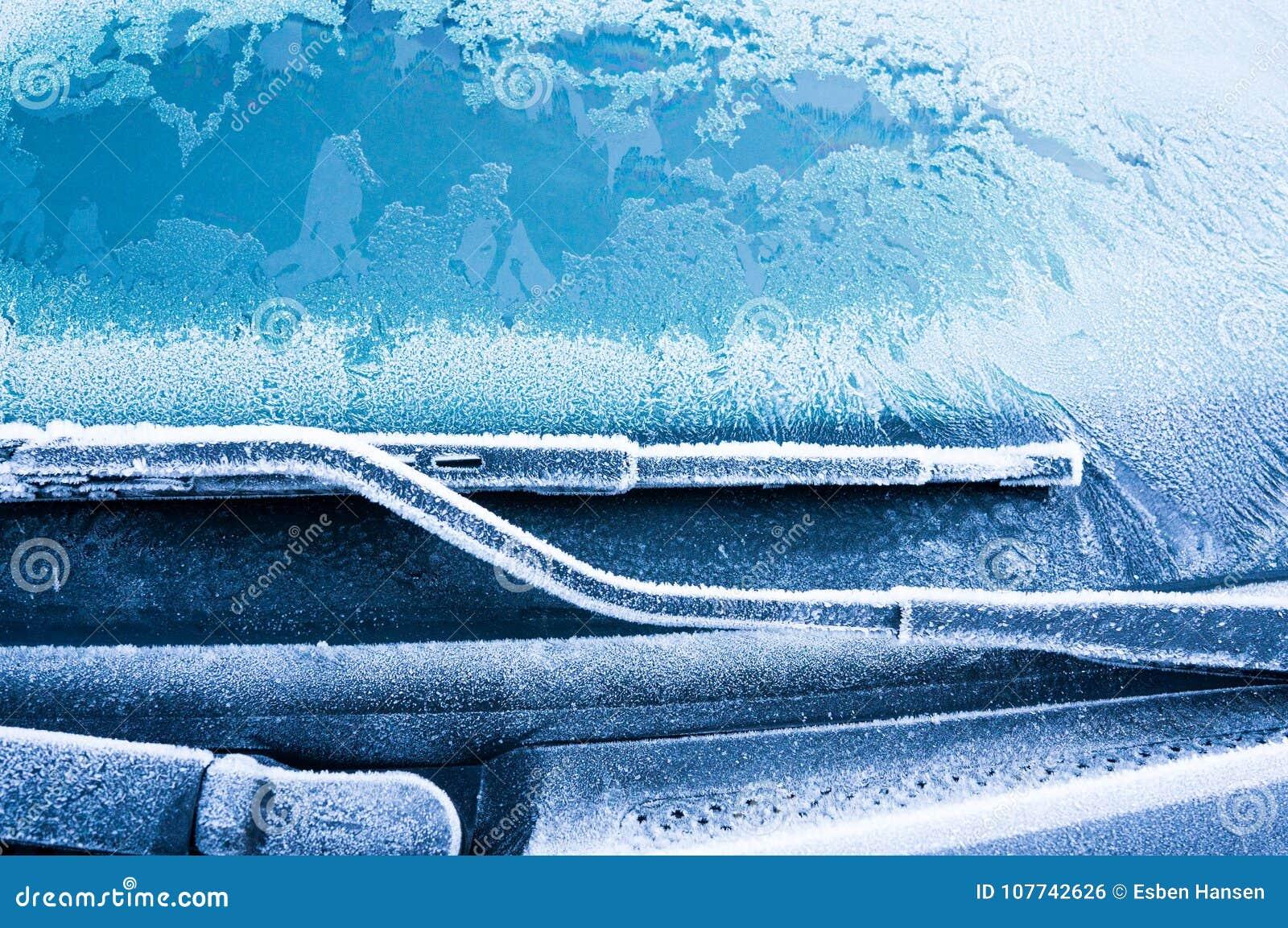 Den iskalla frosten bildar iskristaller i härliga unika modeller på bilen