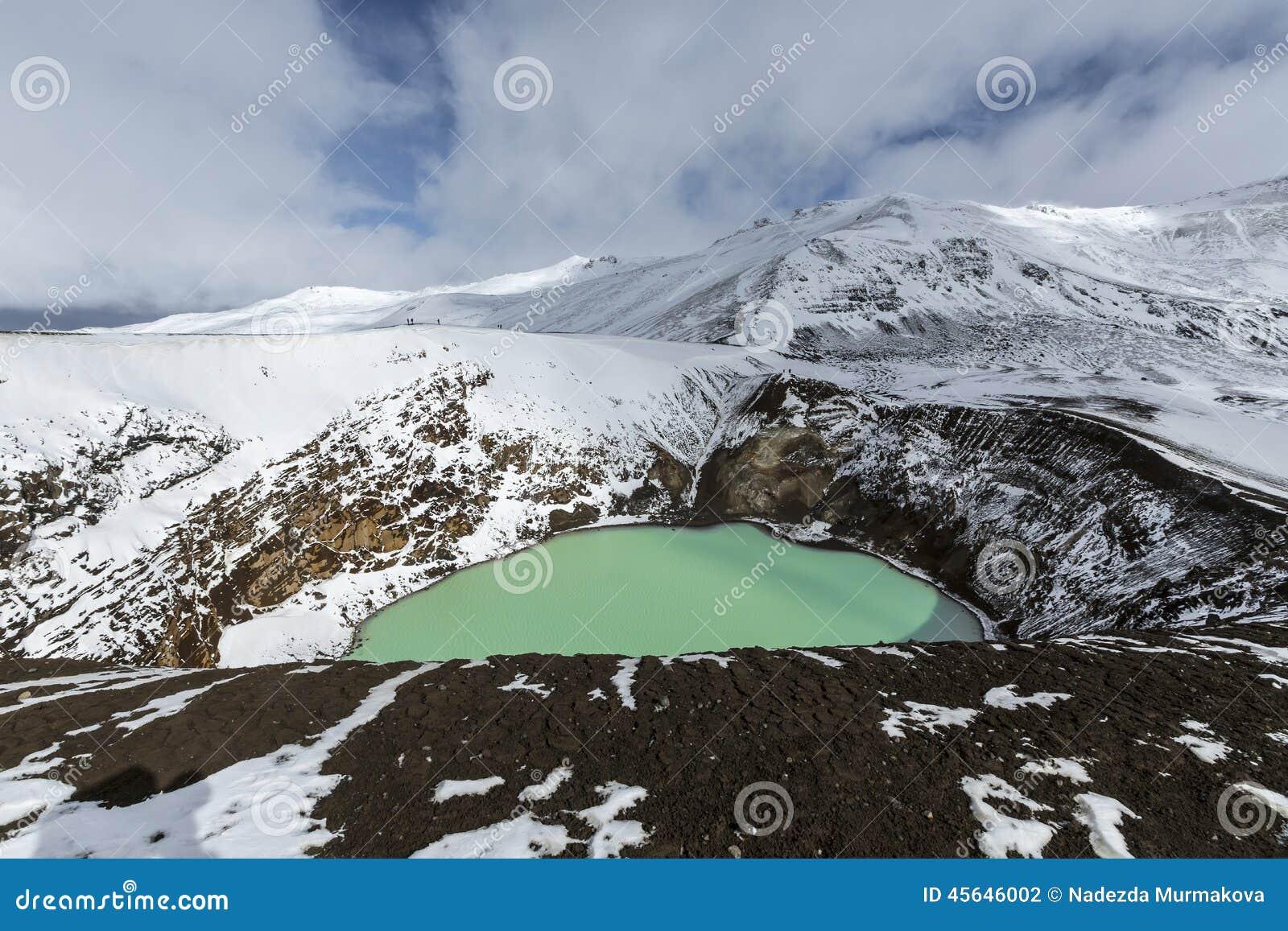 Den jätte- vulkan Askja erbjuder en sikt på två kraterlakes Det mindre, turkos en kallas Viti och innehåller varm geotermisk wate