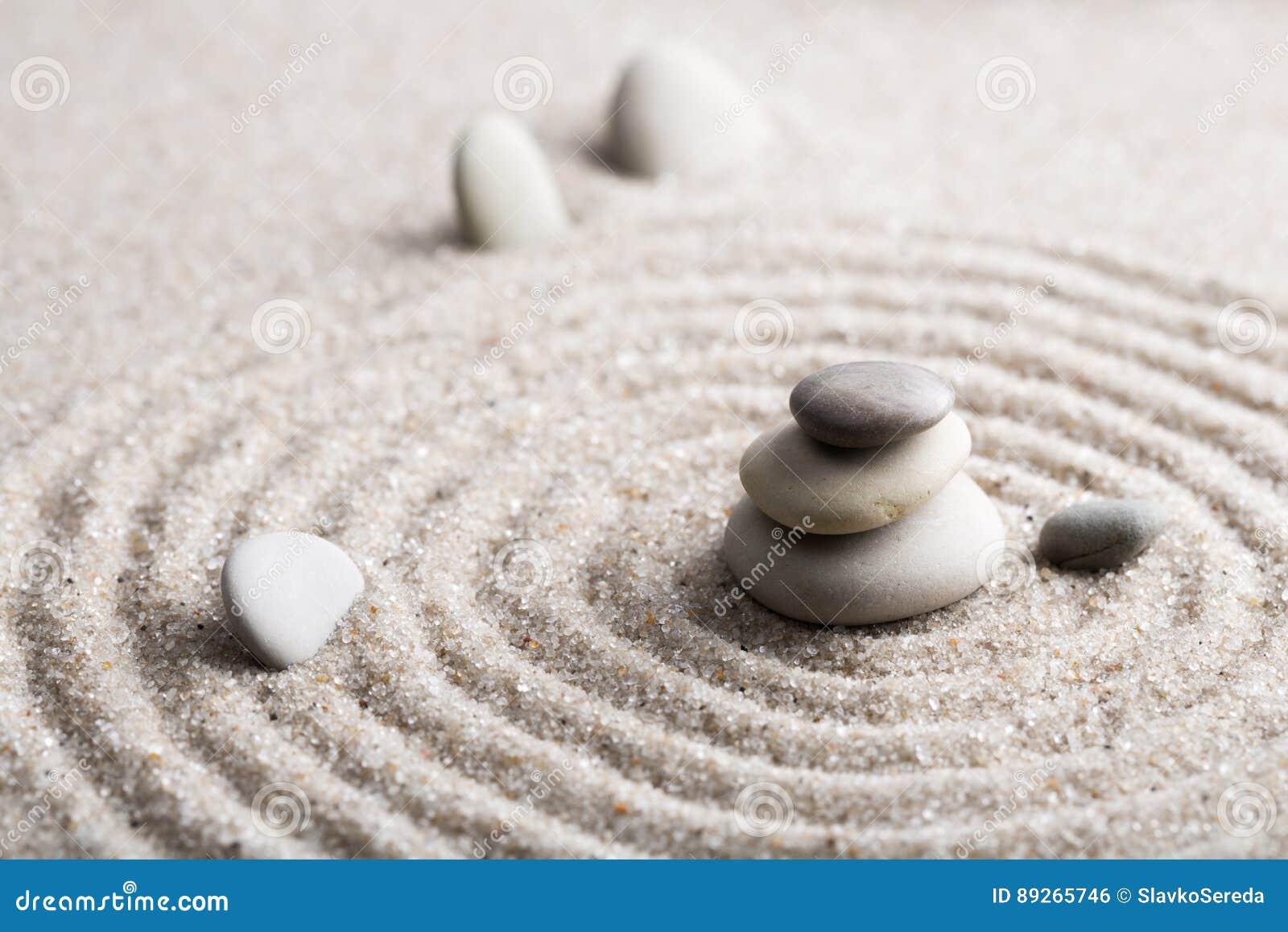 Den japanska stenen för zenträdgårdmeditationen för koncentration och avkoppling sandpapprar och vaggar för harmoni och balansera