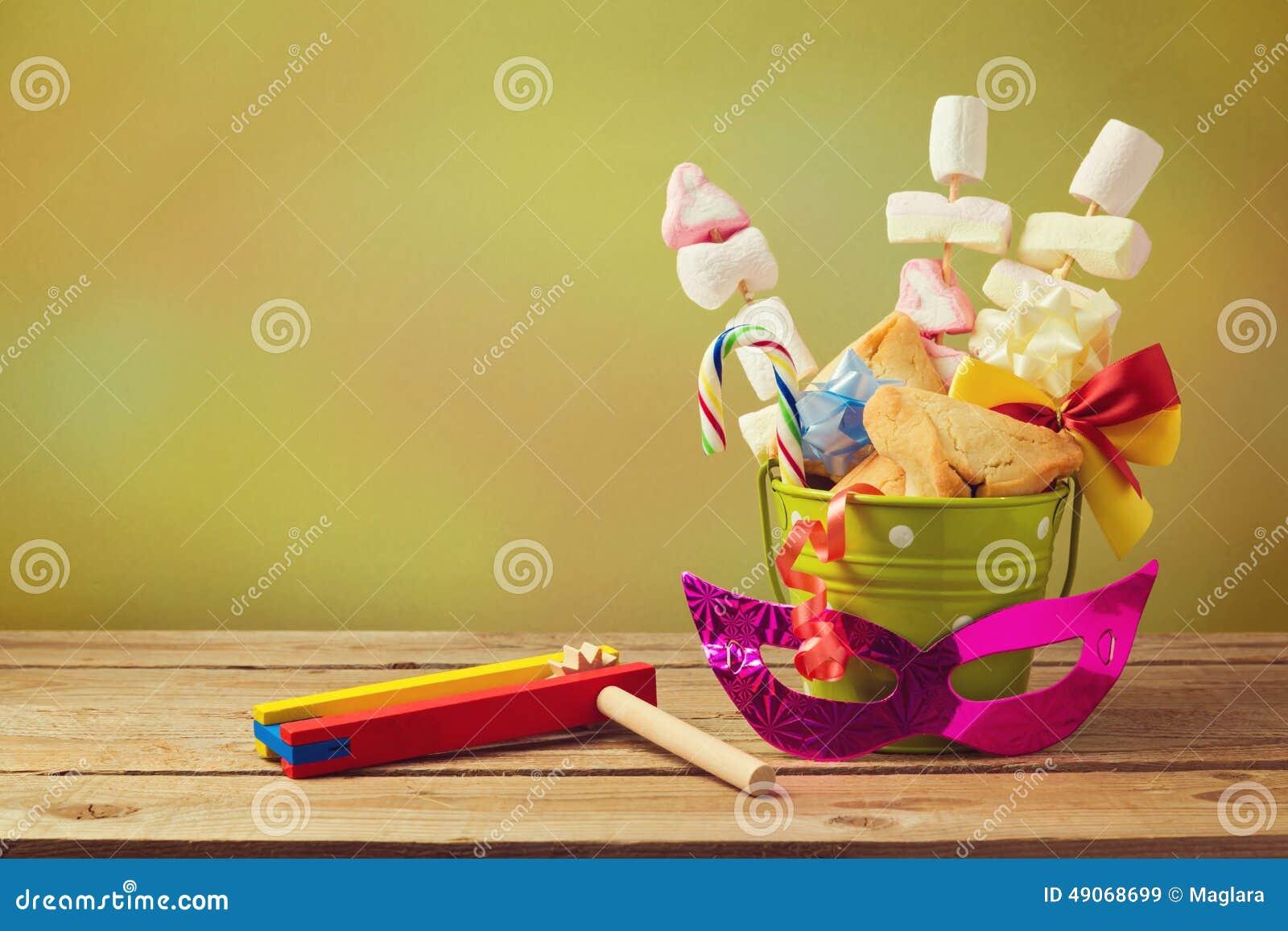 Den judiska feriePurim gåvan med hamantaschen kakor i hink