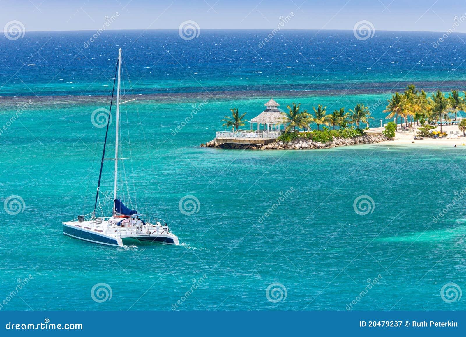 Den karibiska catamaranen seglar