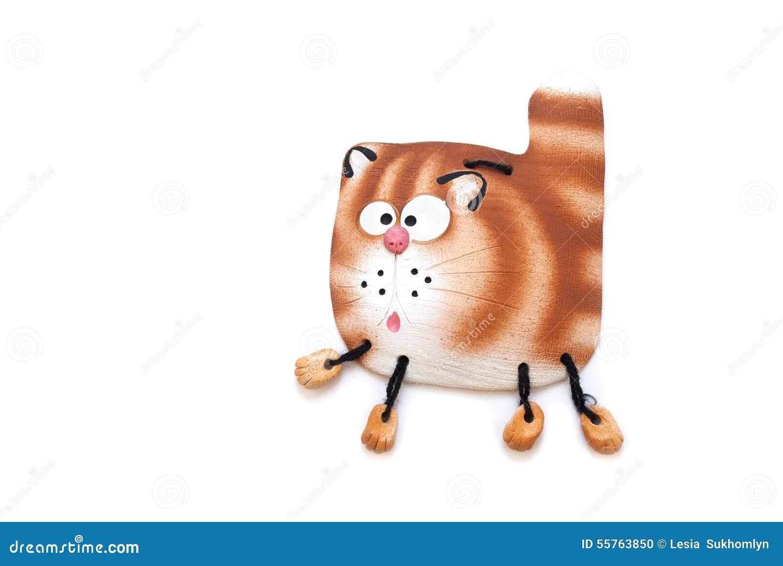 Den keramiska statyetten av en katt hängde på väggen