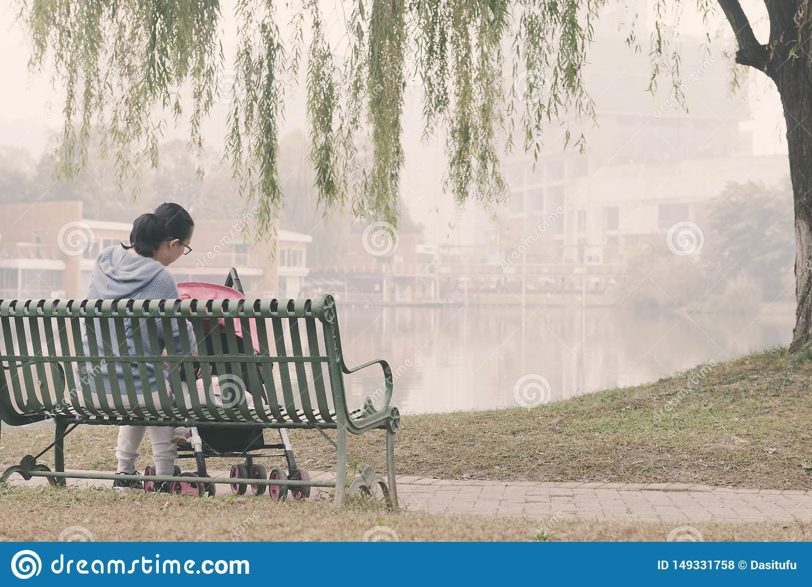 Den kinesiska mamman tar omsorg behandla som ett barn behandla som ett barn in carseat