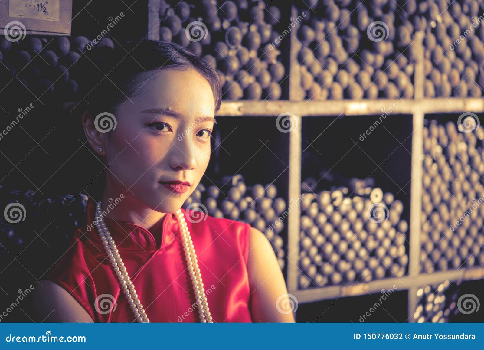 Den kinesiska tonåringarbetaren i ett stålmetalllager shoppar